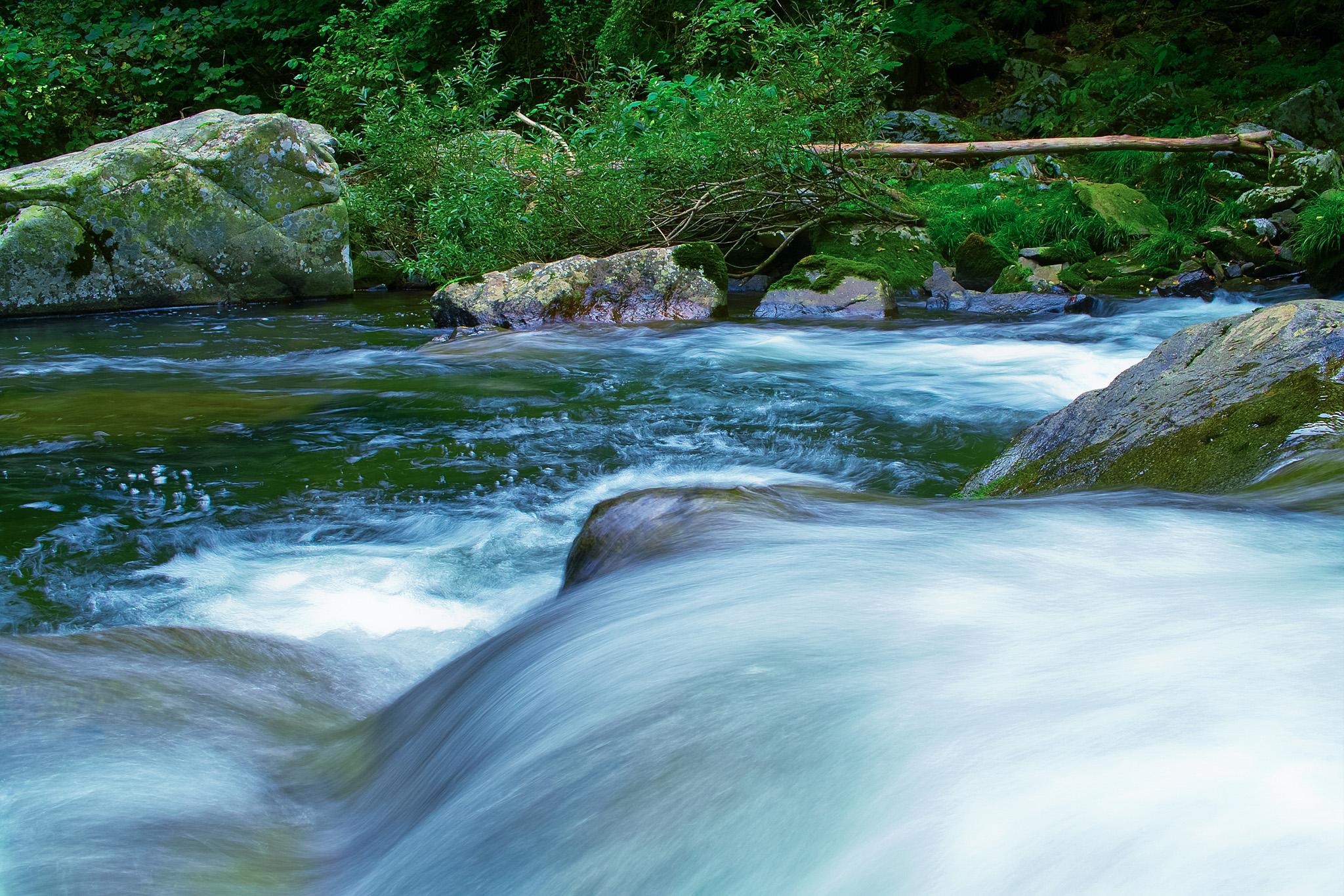 「大きな岩の上を流れる水」