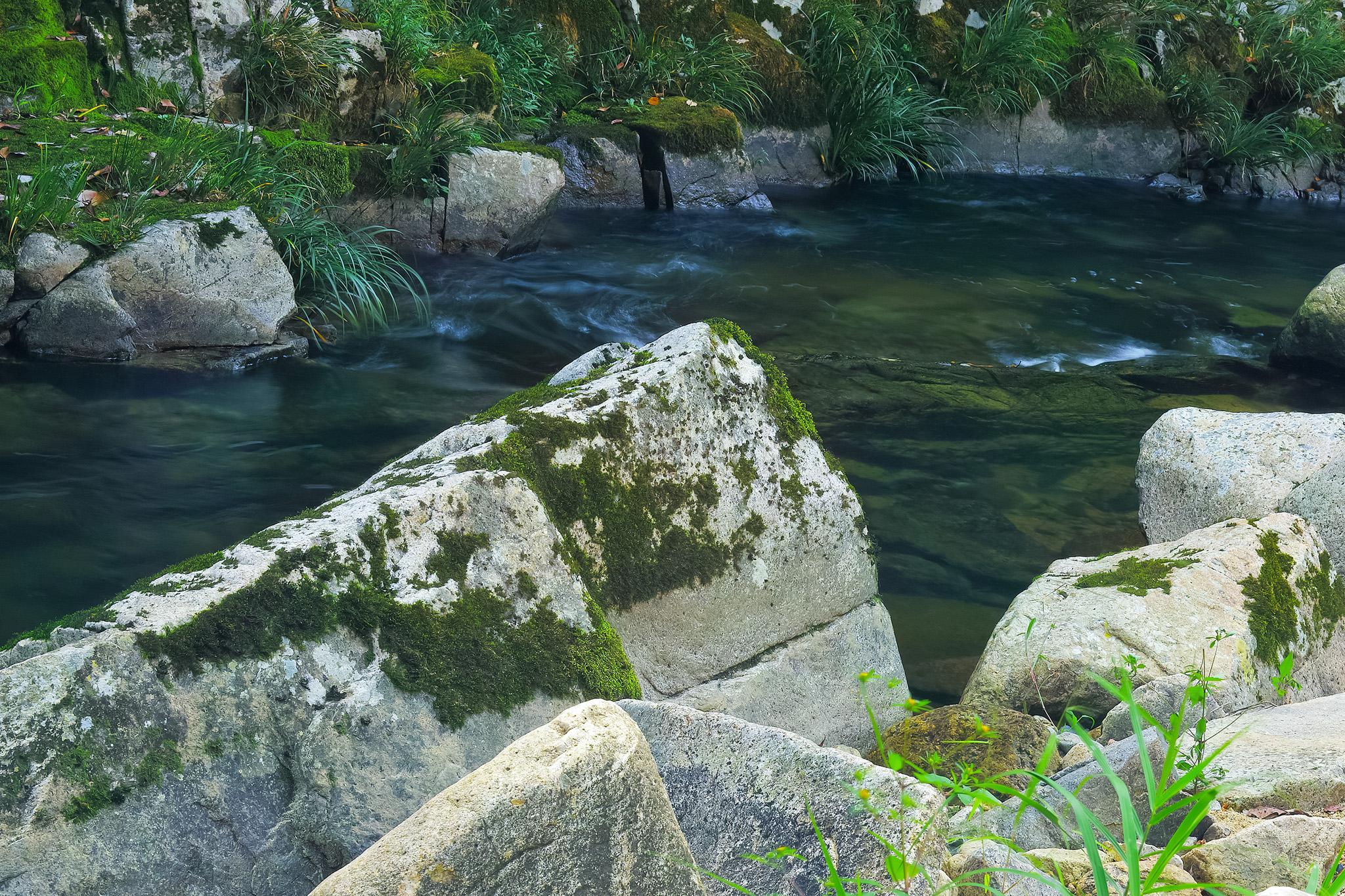 「大きな白い岩がある水辺」の画像を無料ダウンロード
