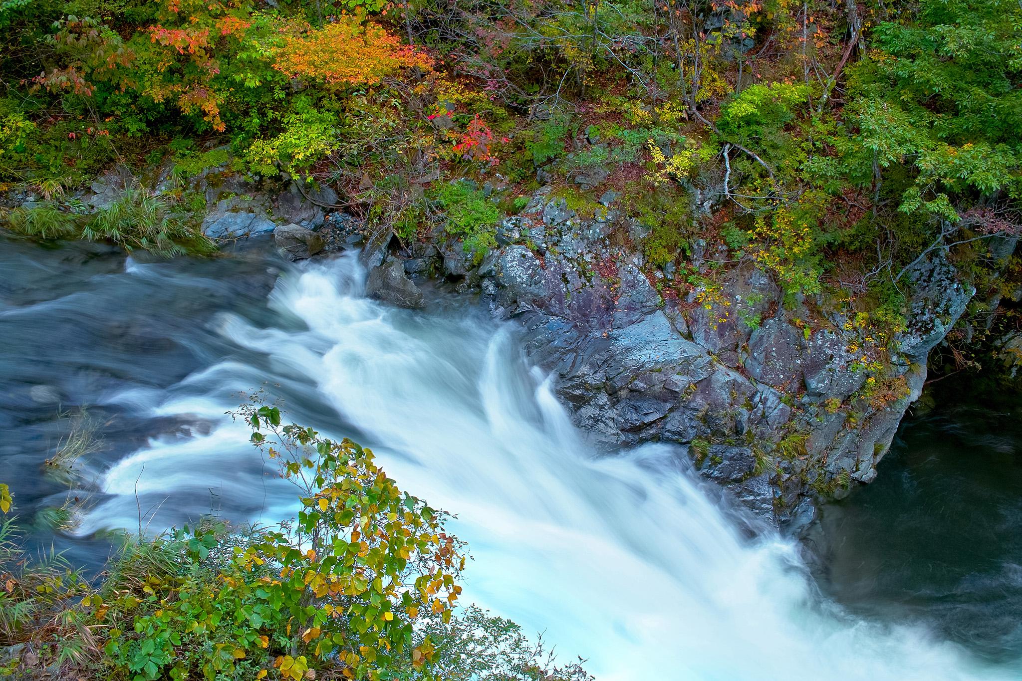 「山奥の流れの激しい渓流」