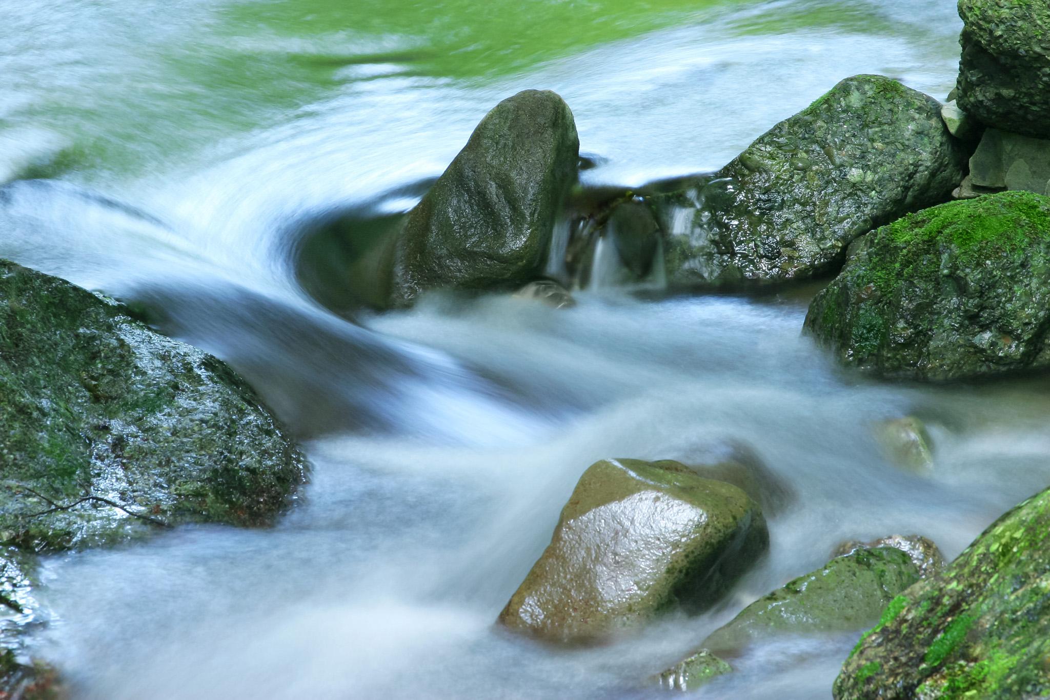 「岩に流れる清らかな水」