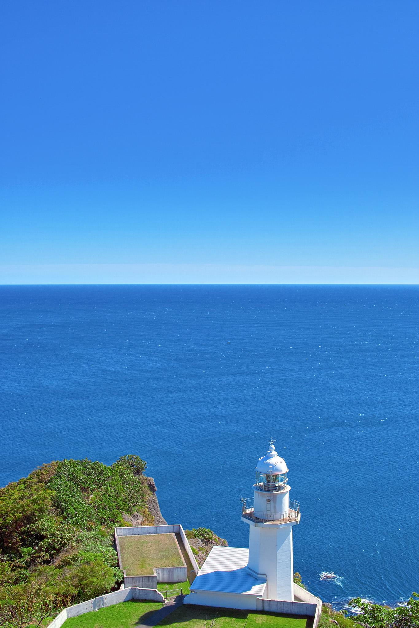 「岬の灯台と青い海」