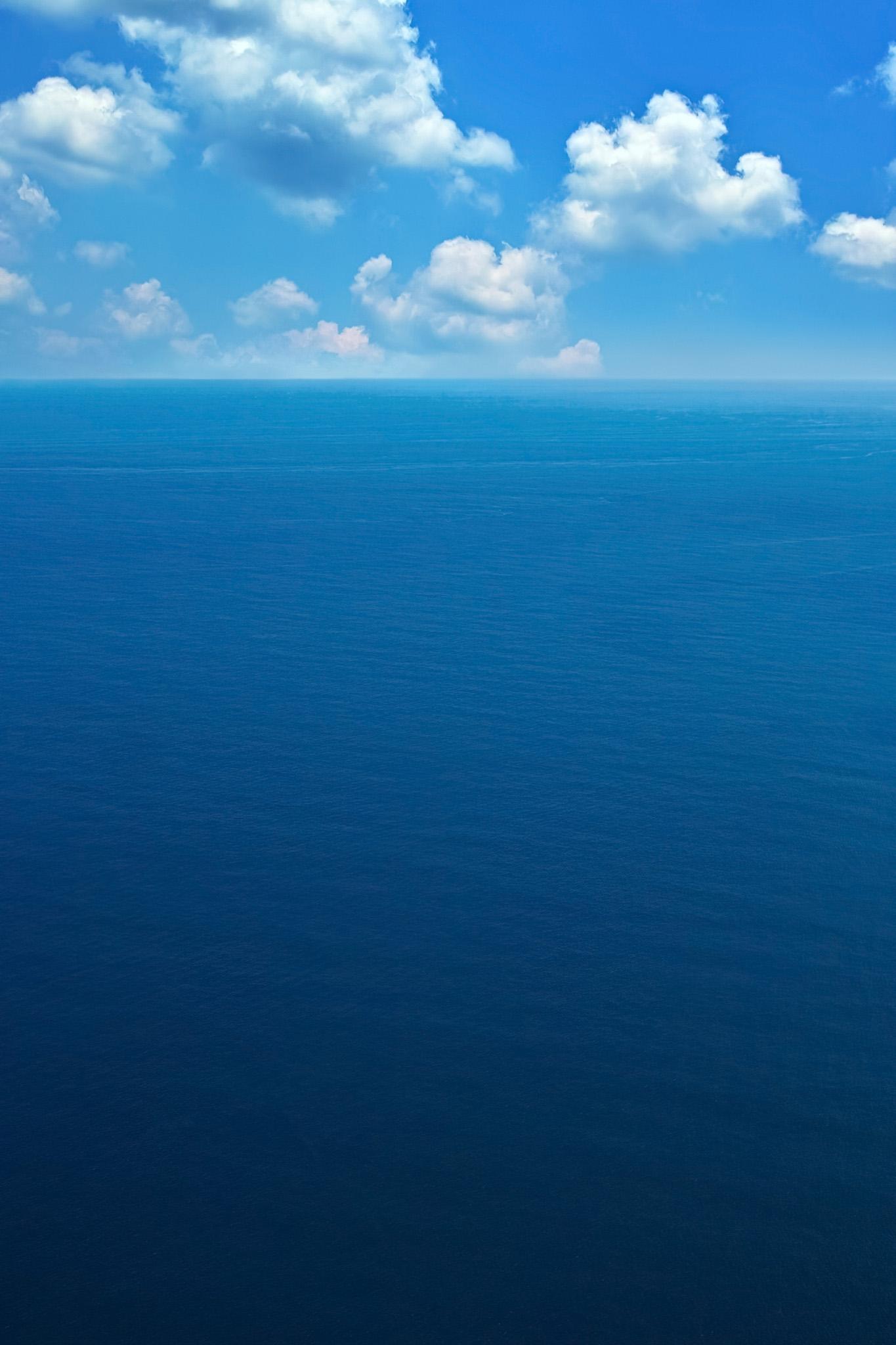 「広大な青い海と空」