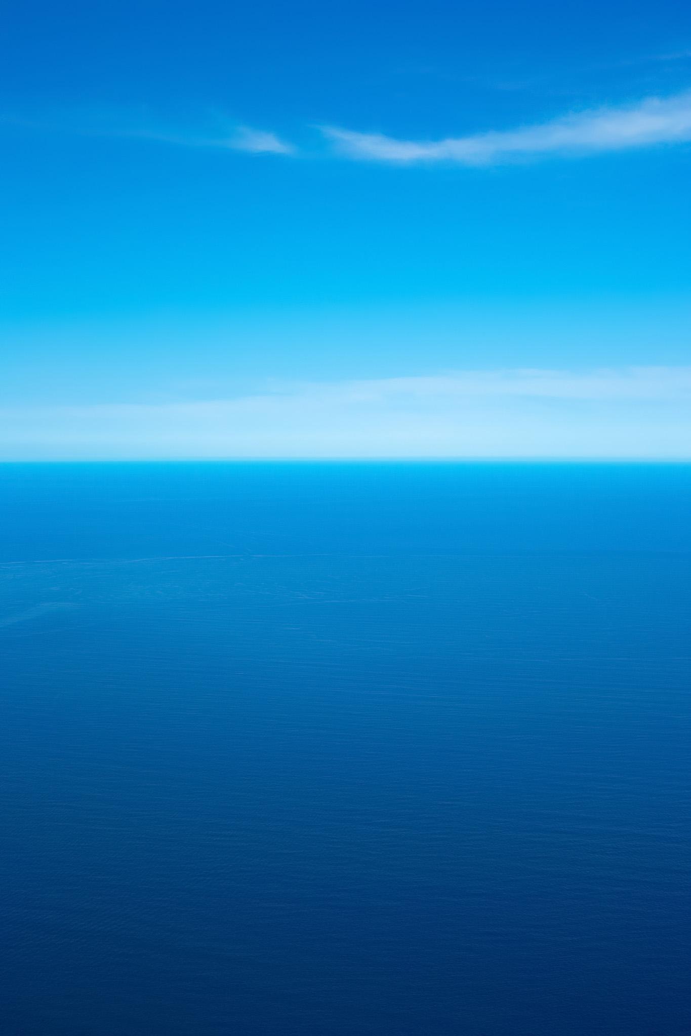 「空と海の蒼いグラデーション」の素材を無料ダウンロード