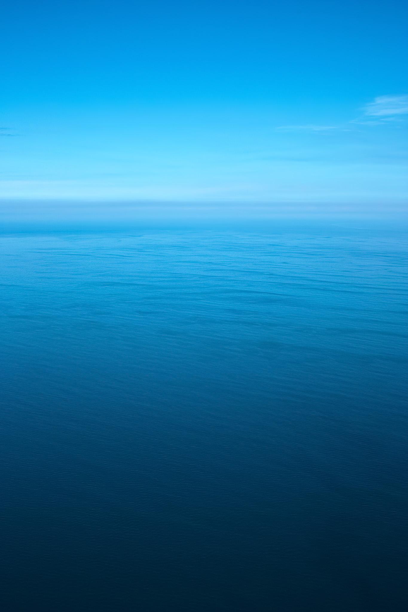 「静かな海と滲む水平線」