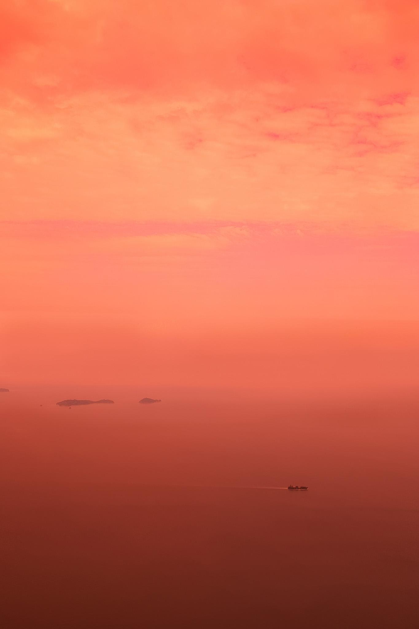 「夕焼けに包まれる穏やかな海」