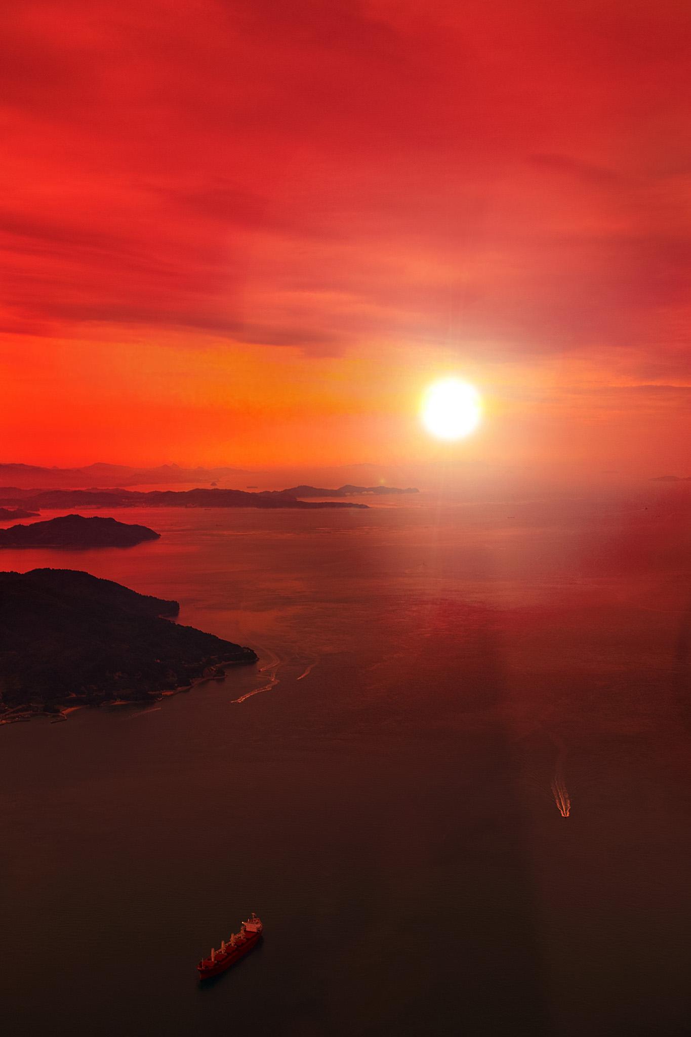 「夕日を浴びる瀬戸内の海」