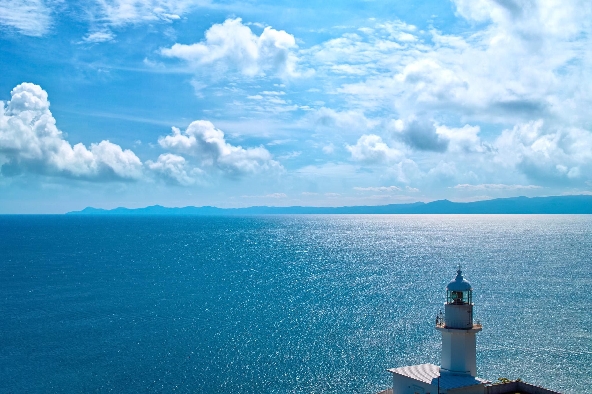 「灯台から見える海と半島」