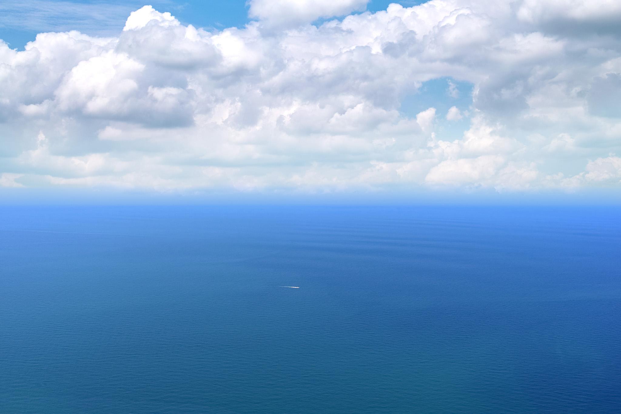「青い大海を進む一隻の船」