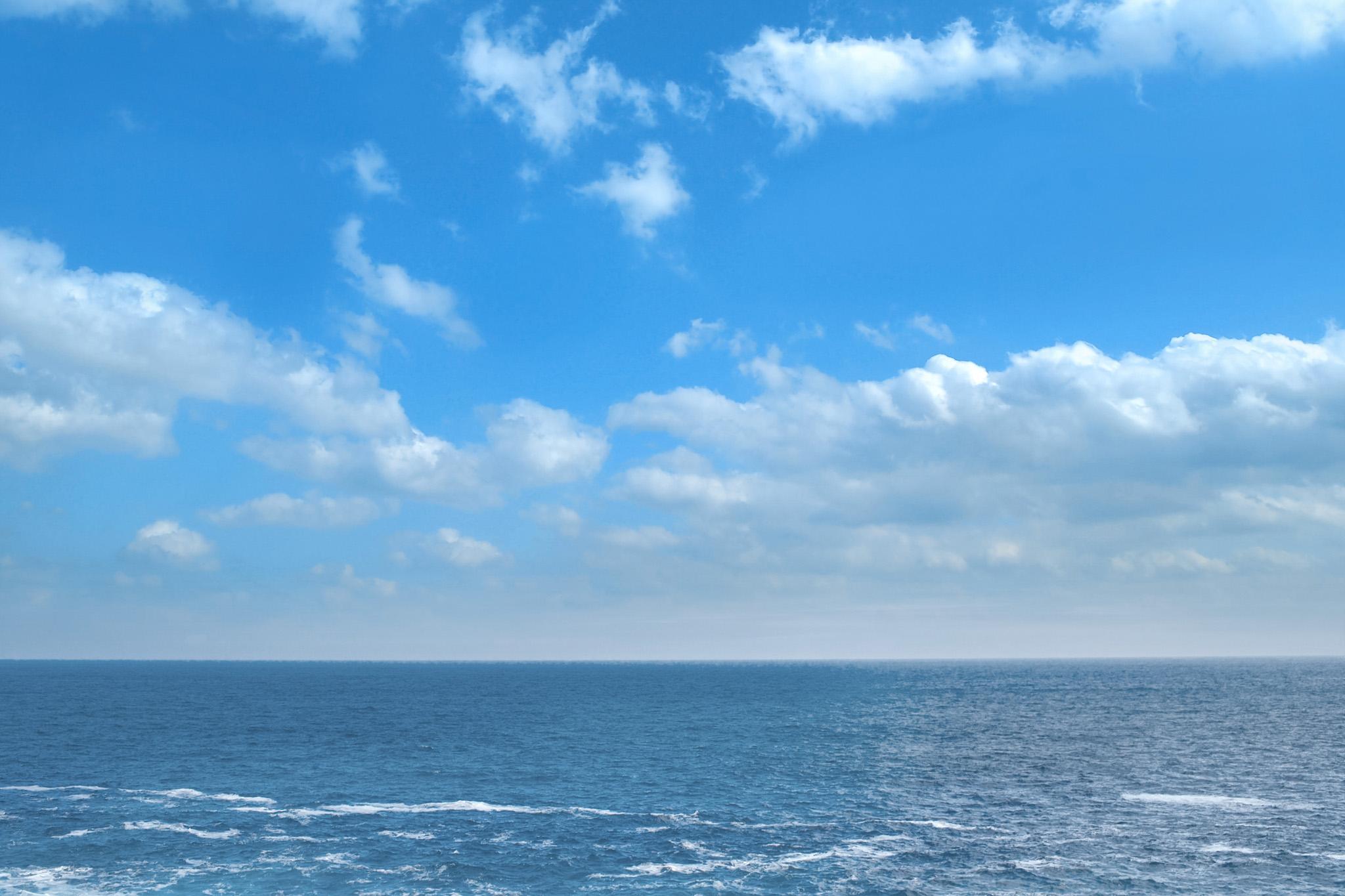 「晴天の爽やかな海」