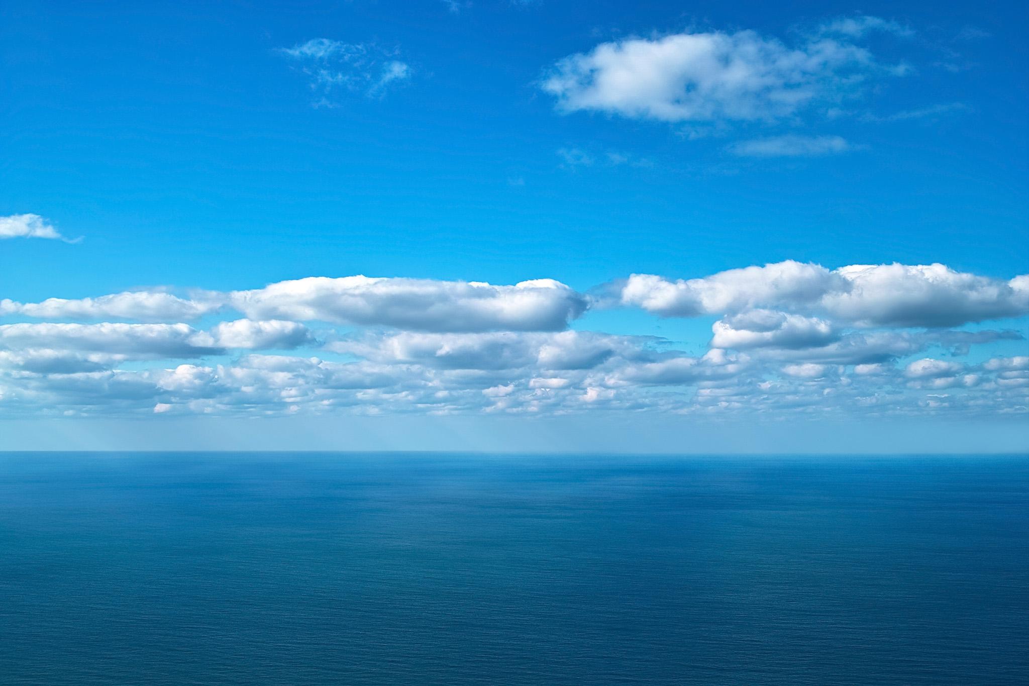 「雲が浮かぶ青空と海」