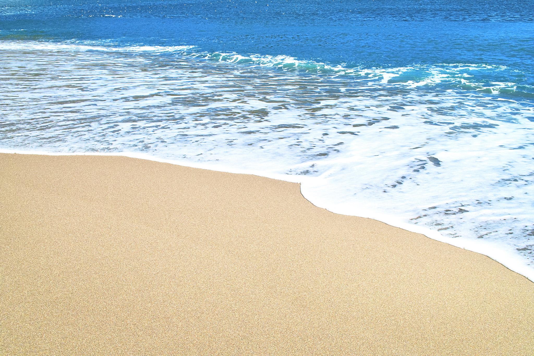 「波が押し寄せるビーチ」