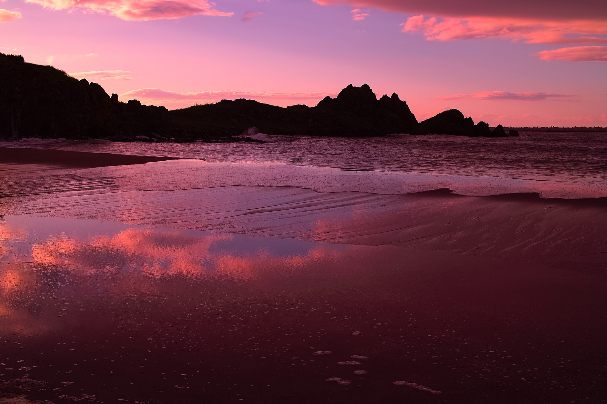 「夕暮れの海岸に映る空」