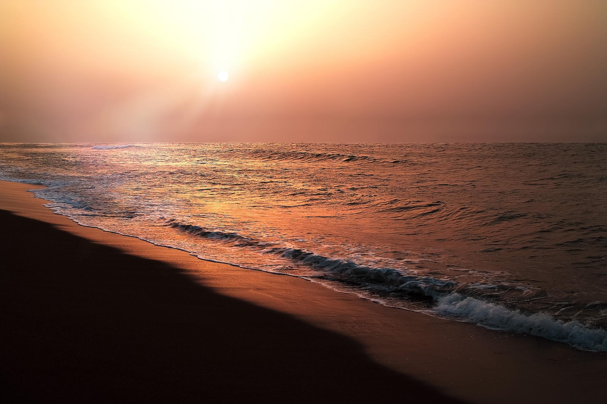「夕日が沈む感動的な海」