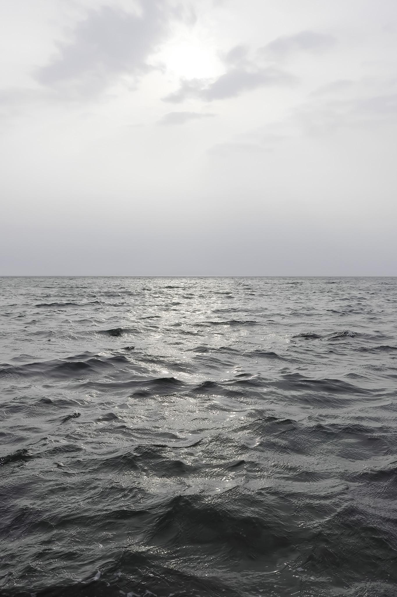 「黒い海を照らす太陽」