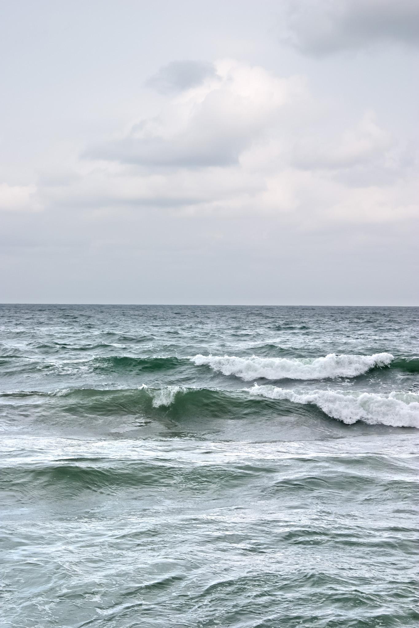「荒波が立つ灰色の海」