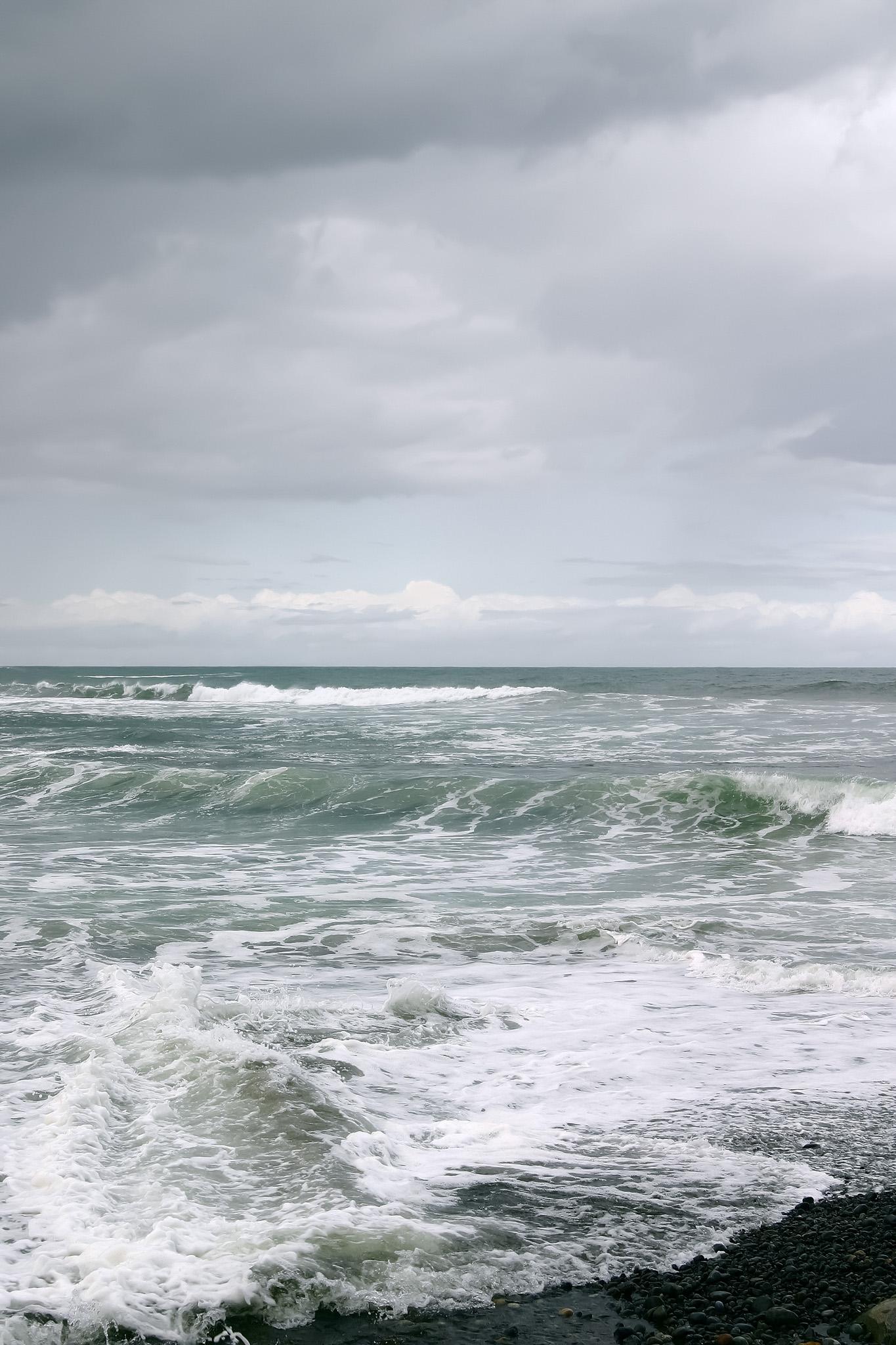 「荒い波が押し寄せる浜」