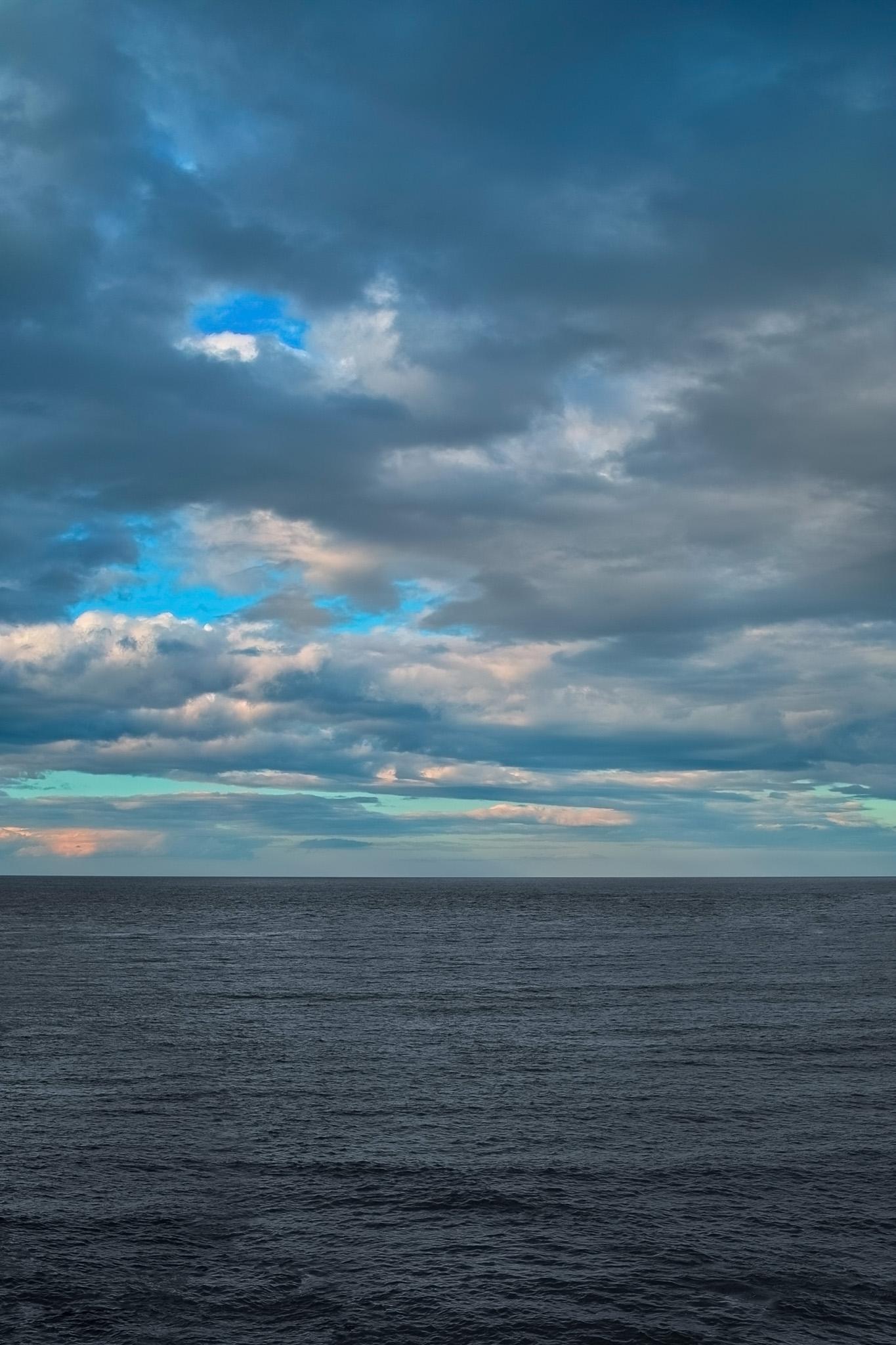 「夕暮れ迫る海と空」