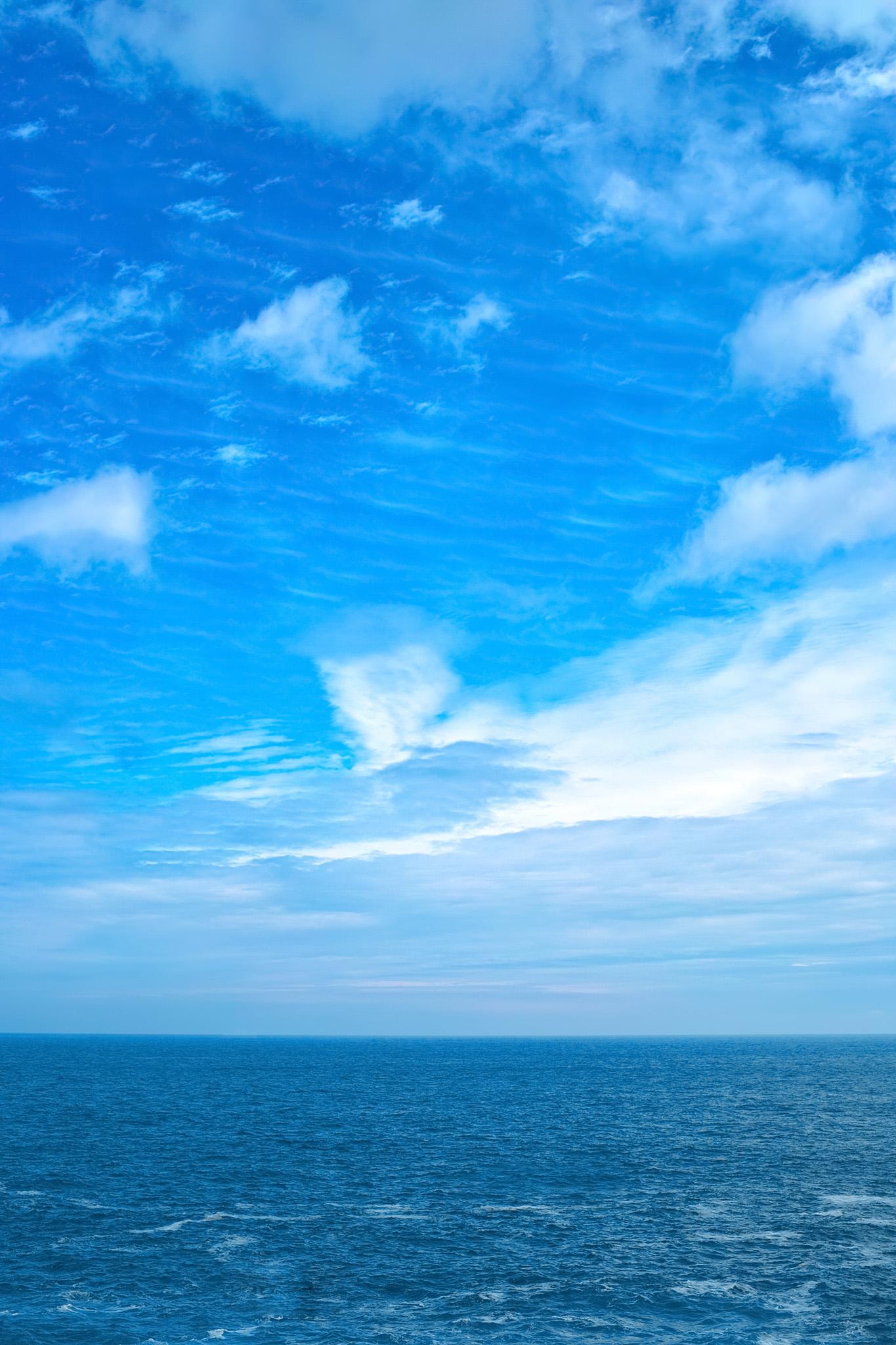 「夏空と小波立つ海」