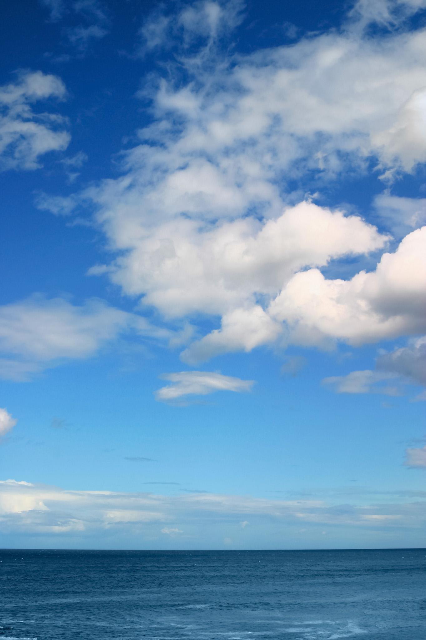 「ディープブルーの海と雲」