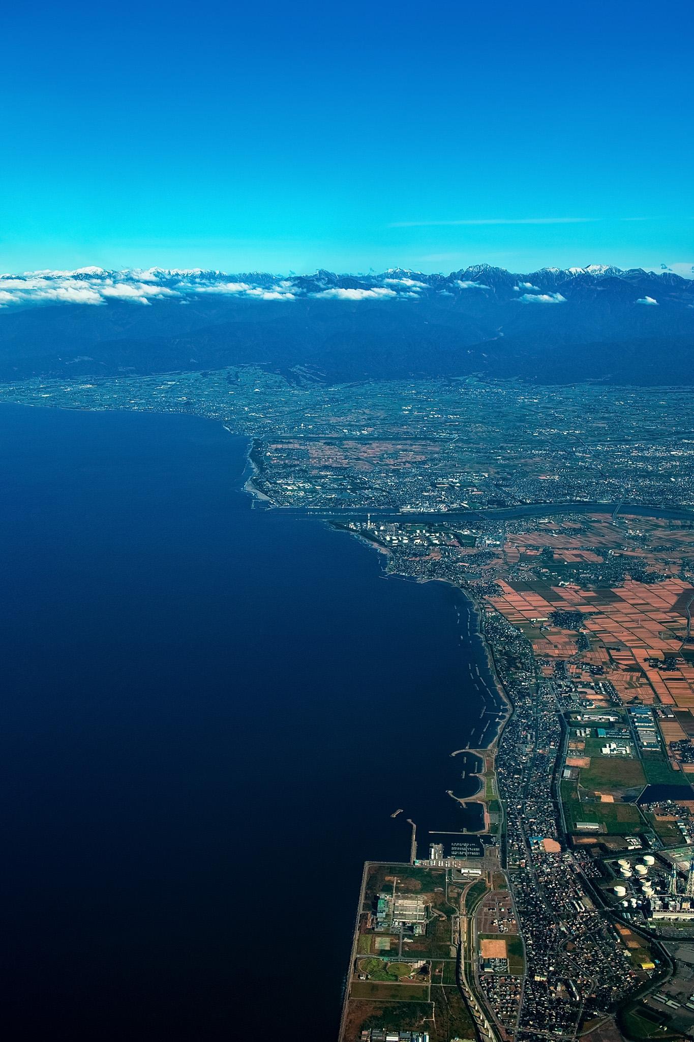 「臨海上空の空撮」の素材を無料ダウンロード