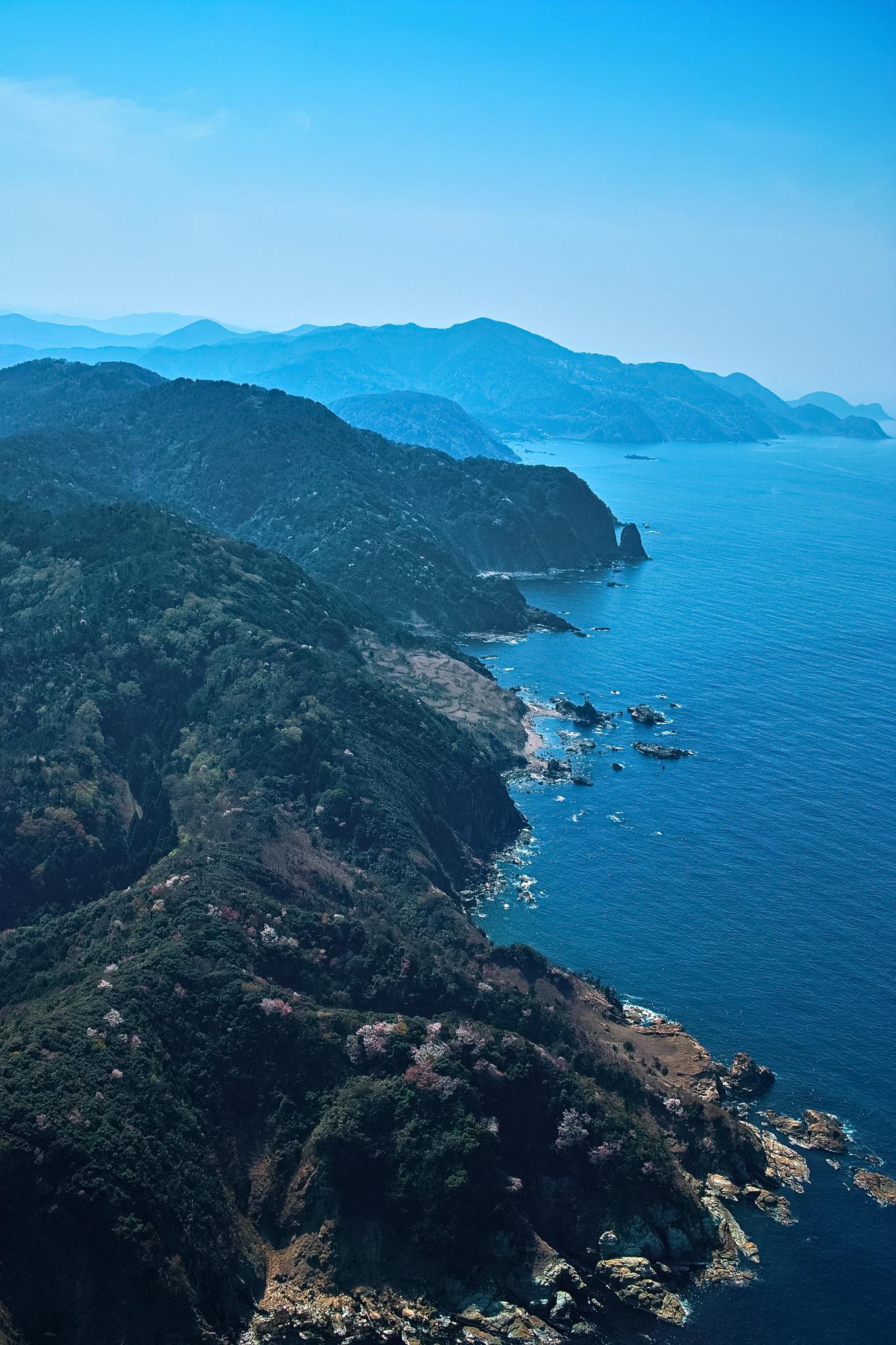 「海に面した急な崖」の素材を無料ダウンロード