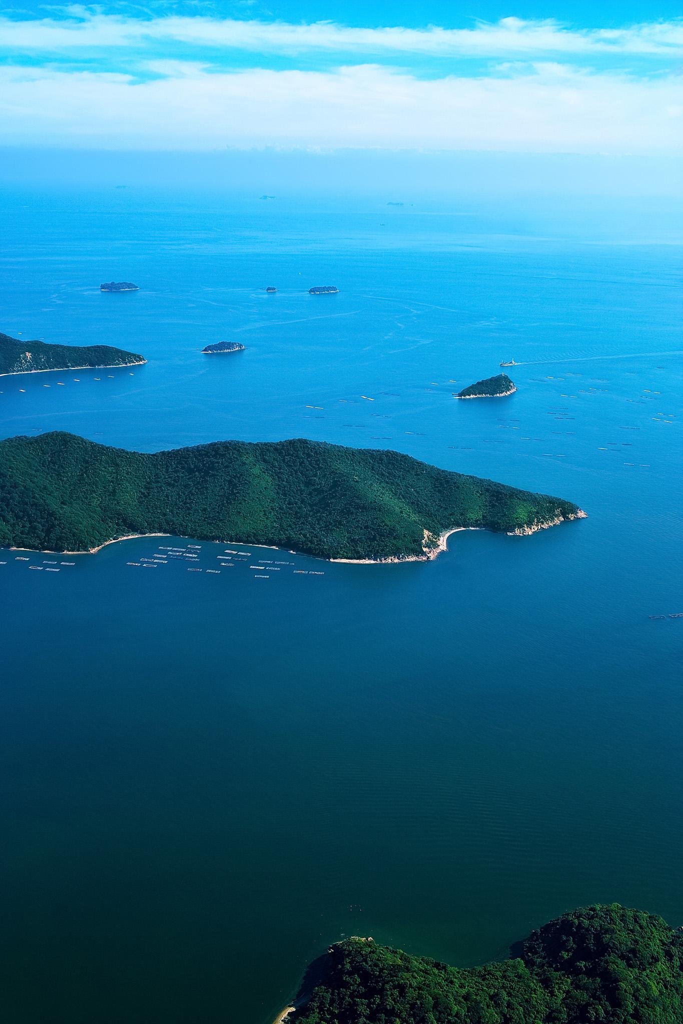 「海に浮かぶ小さな島々」