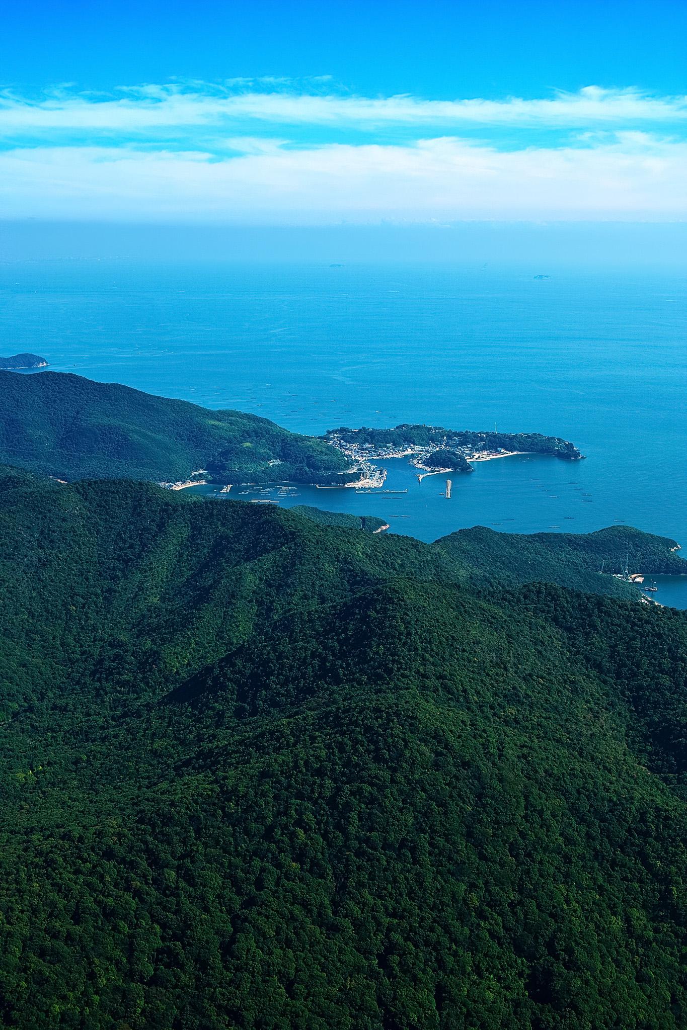 「岬にある小さな港町」の素材を無料ダウンロード