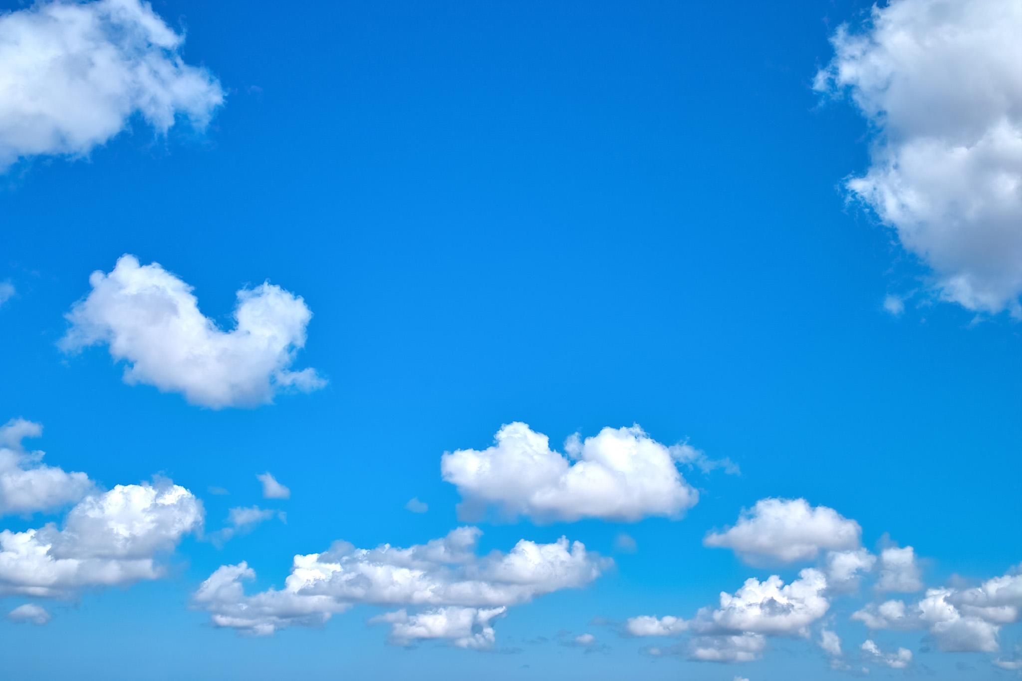 「雲が連なる綺麗な青空」