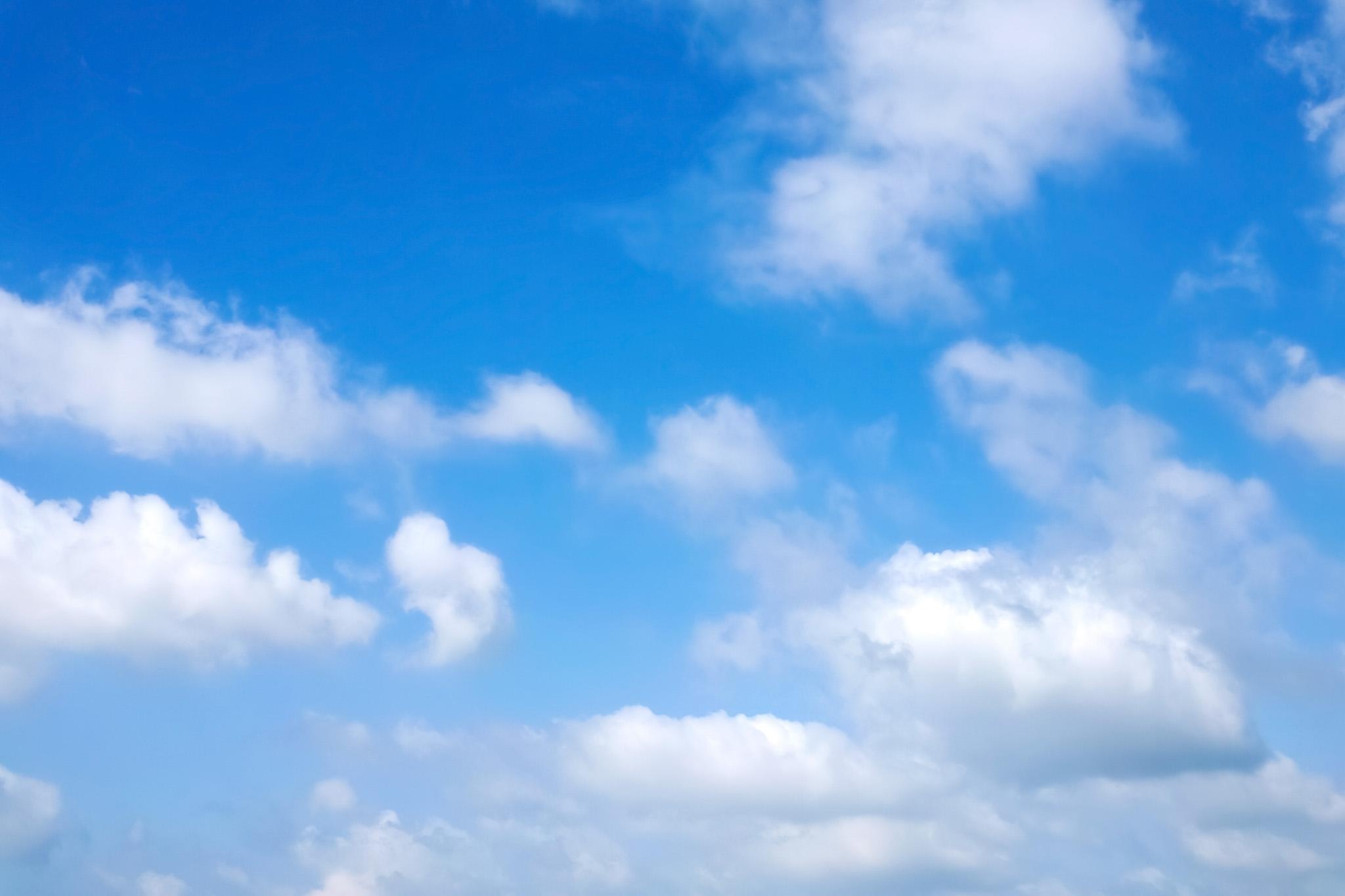 「白雲と青空のグラデーション」の写真素材を無料ダウンロード