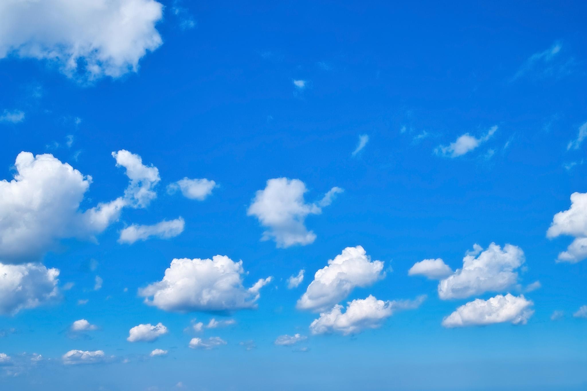 「雲が漂う爽やかな青空」の素材を無料ダウンロード