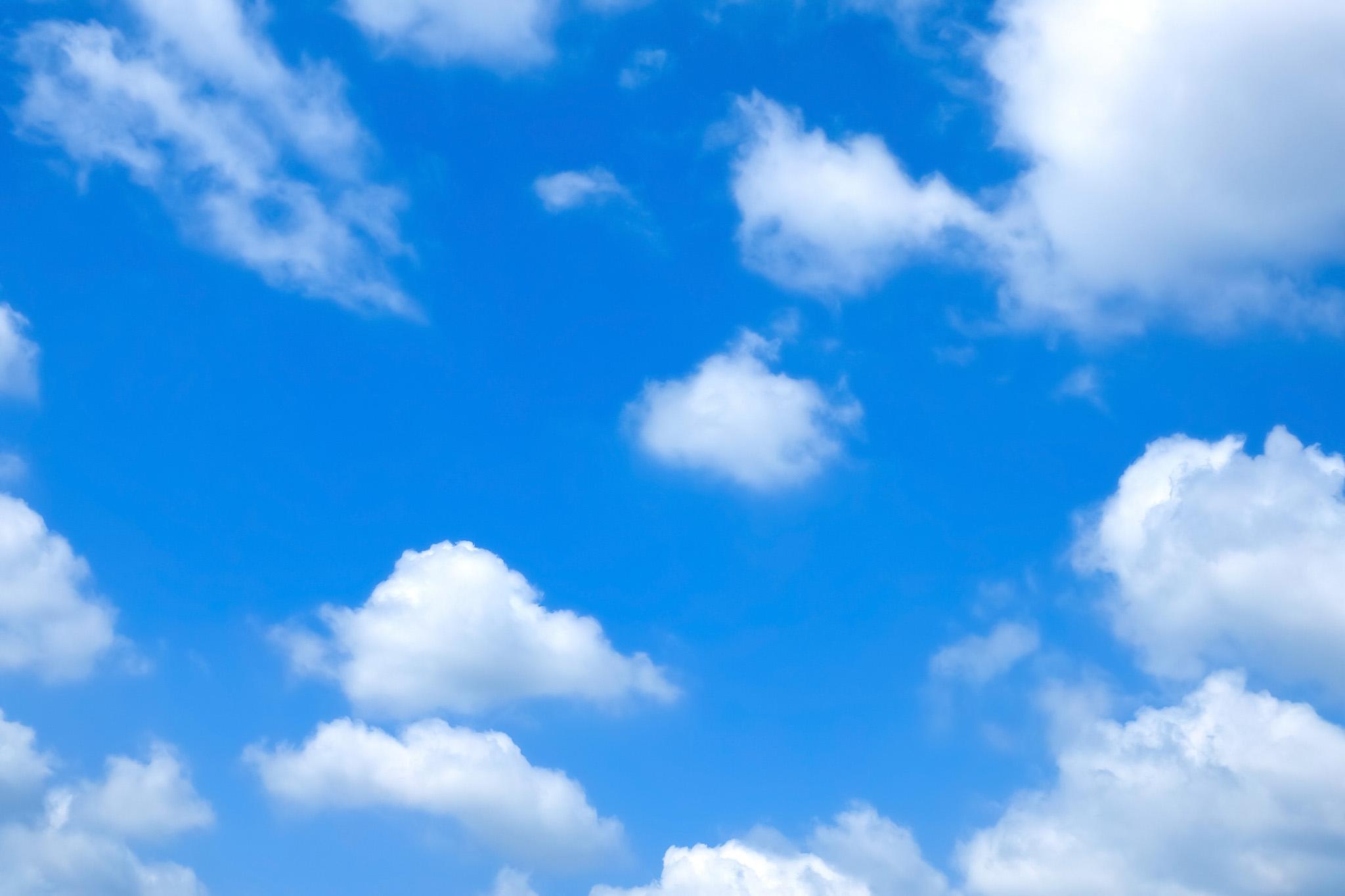 綿菓子みたいな雲と青空背景