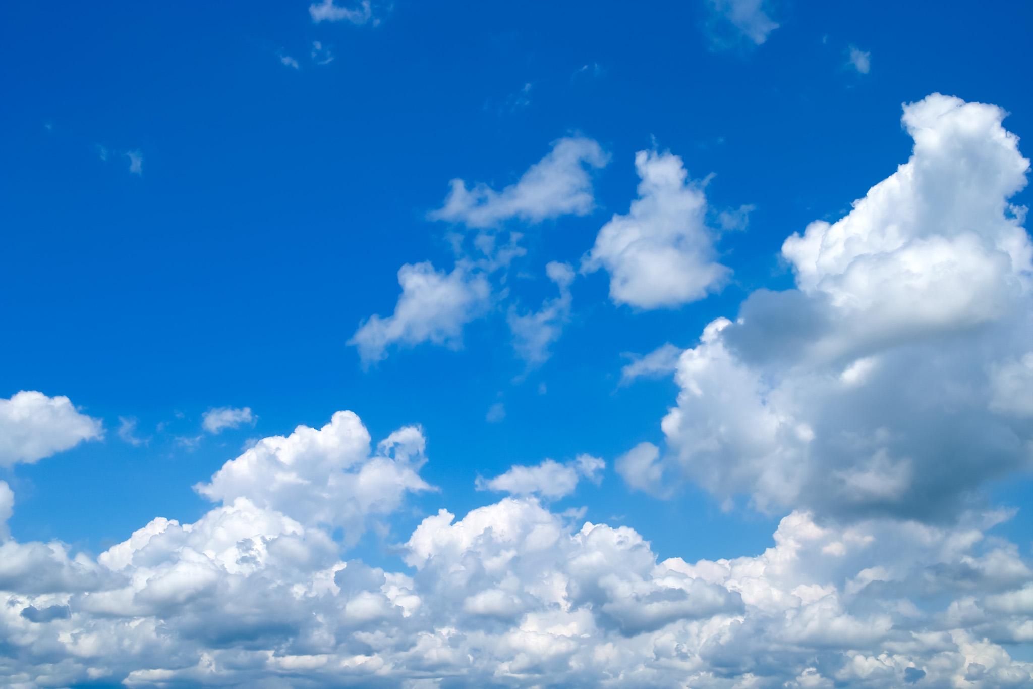 群青色の空に湧き出て来る雲