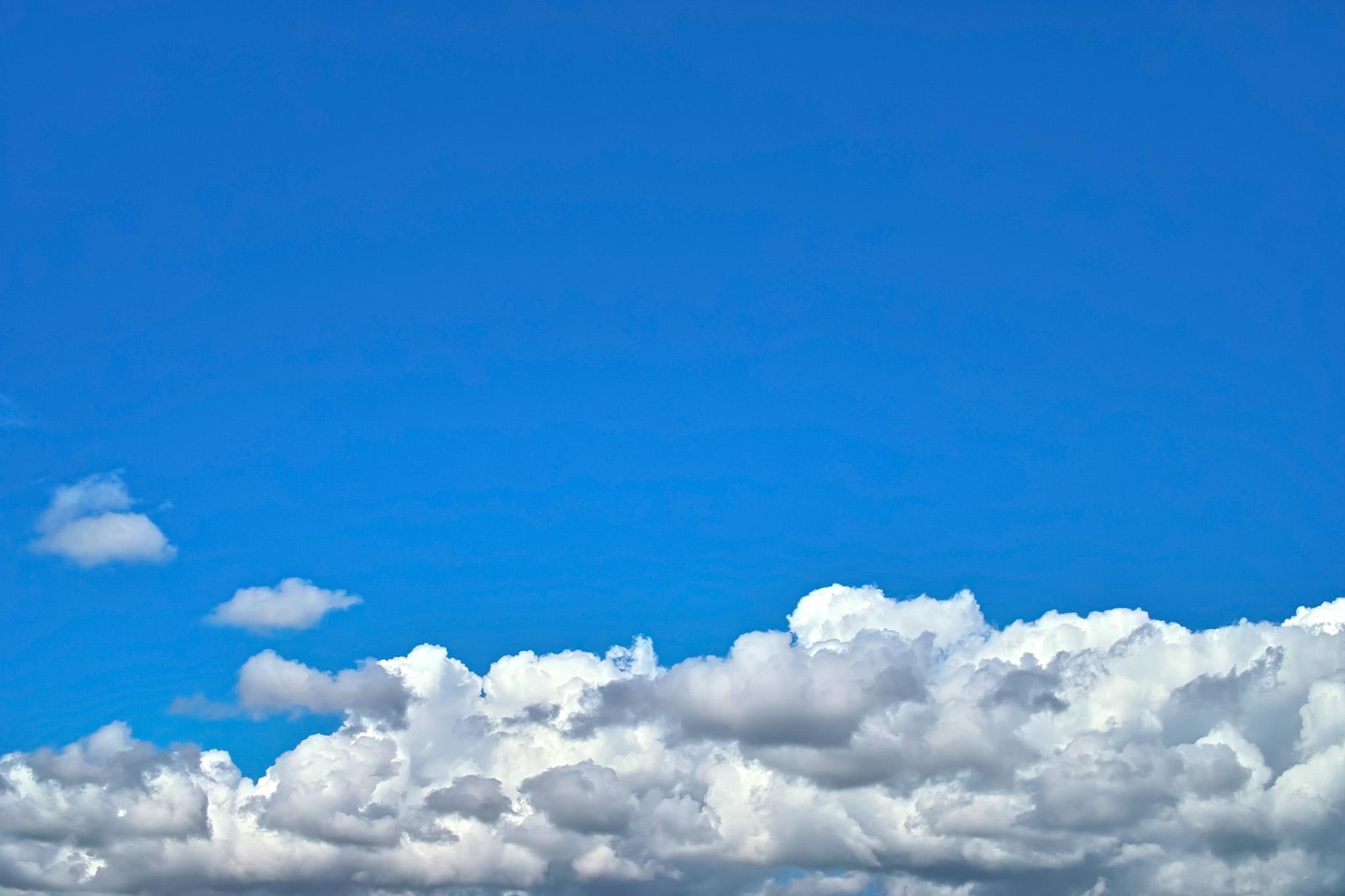 「青空が広がる厚い雲の上」
