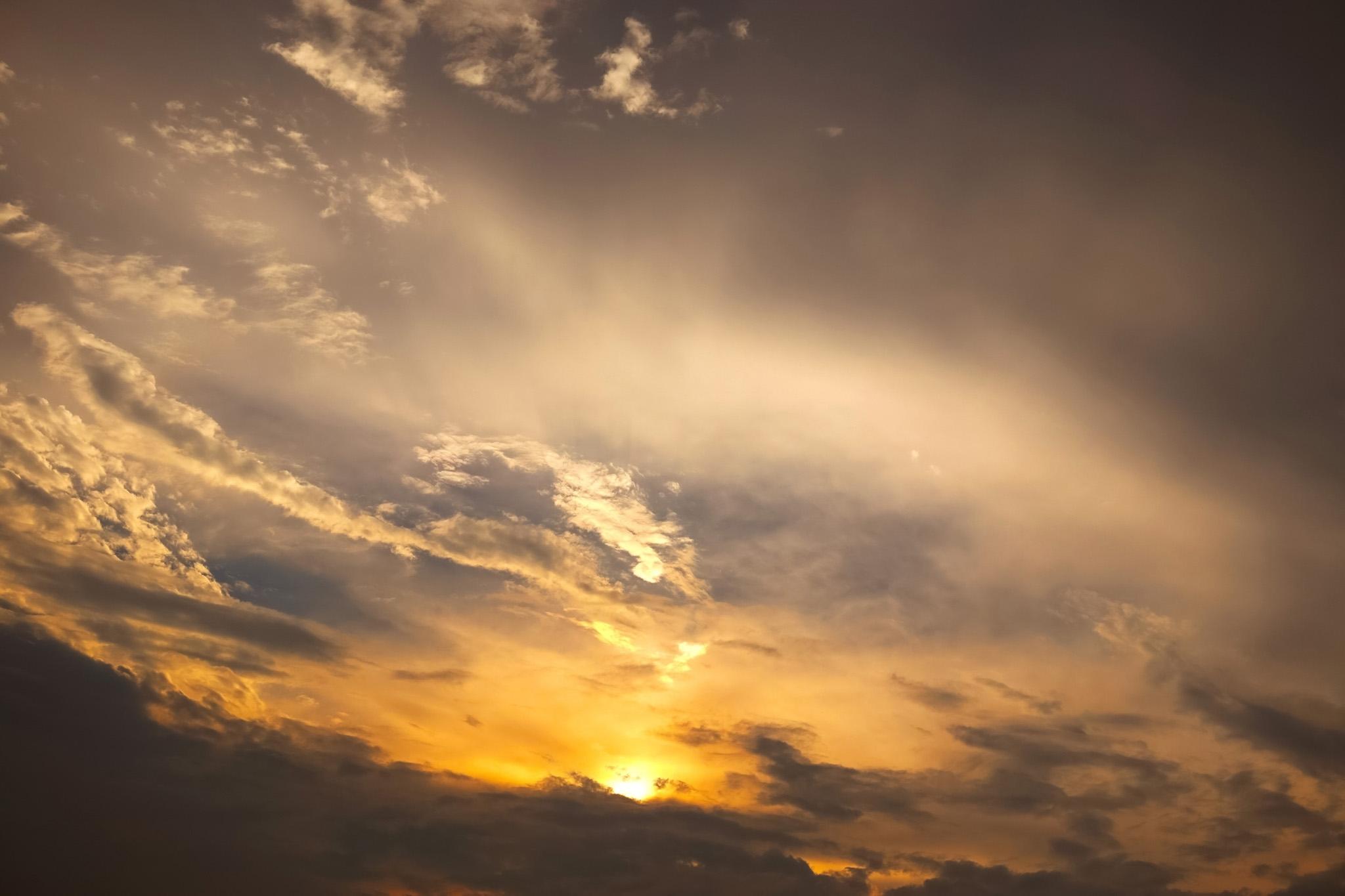 「空と雲を焦がす夕焼け」