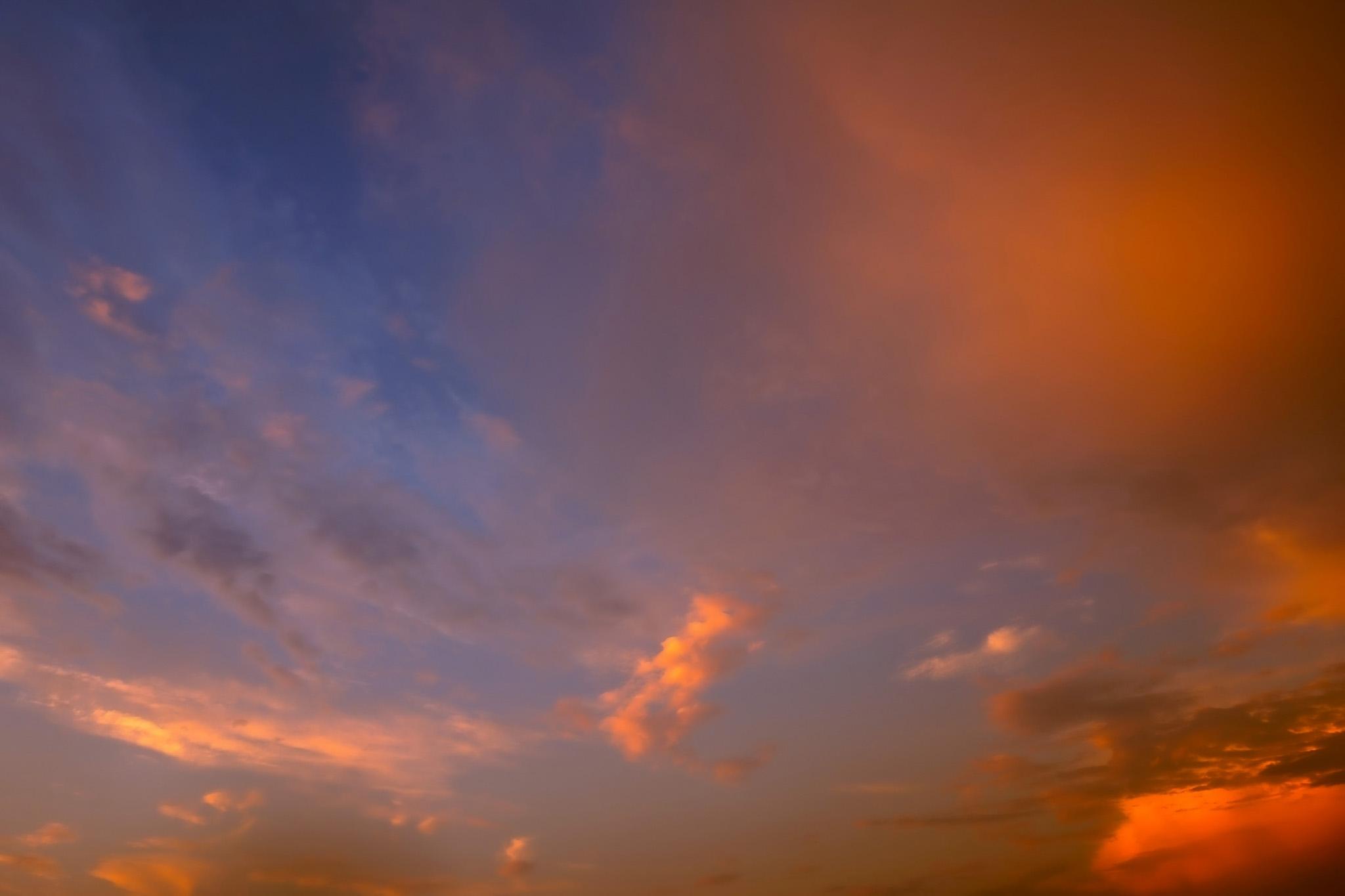 「夕焼け雲が濃紺の空に映える」