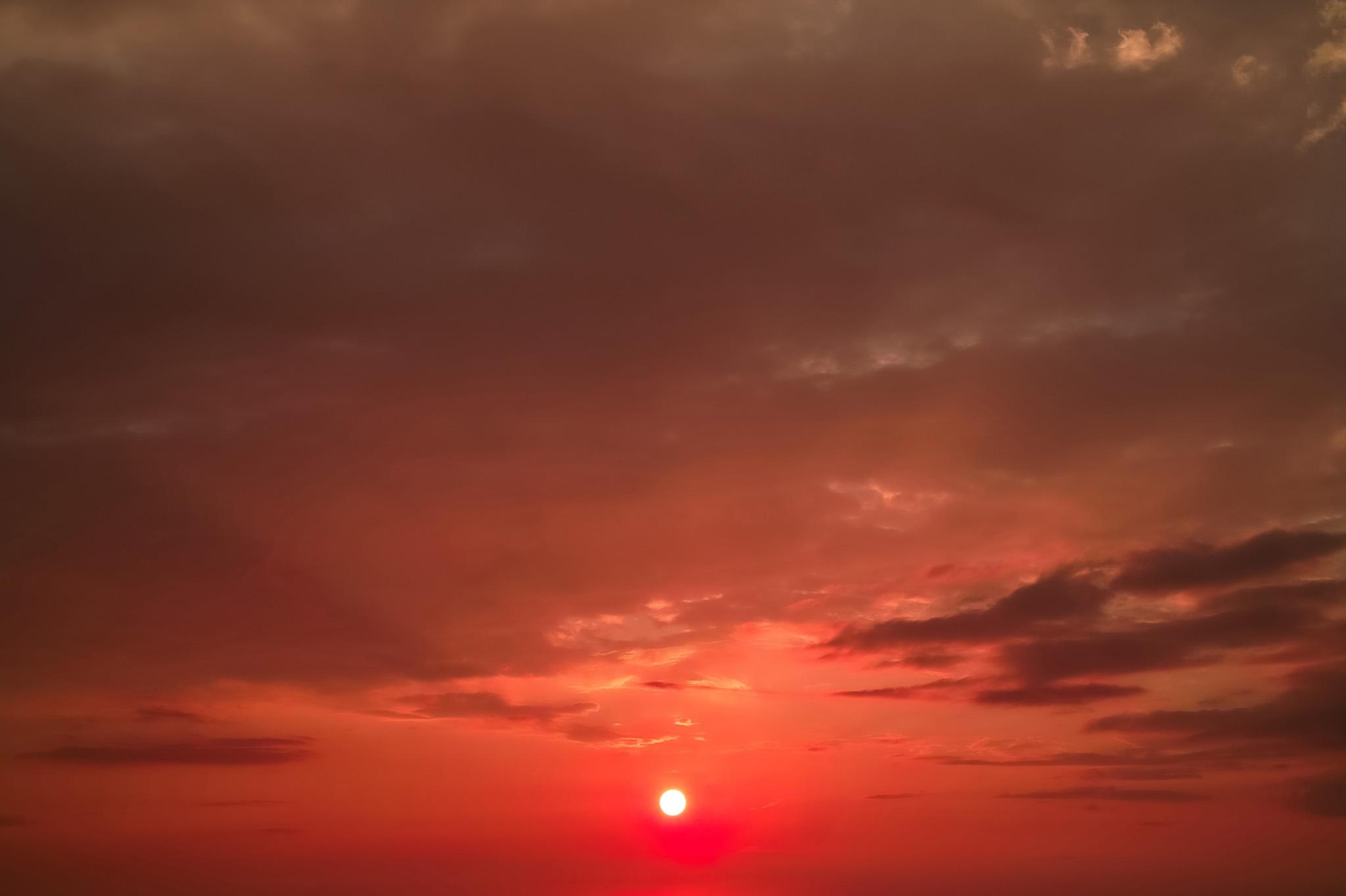 「美しい夕焼けに夕陽が沈む」