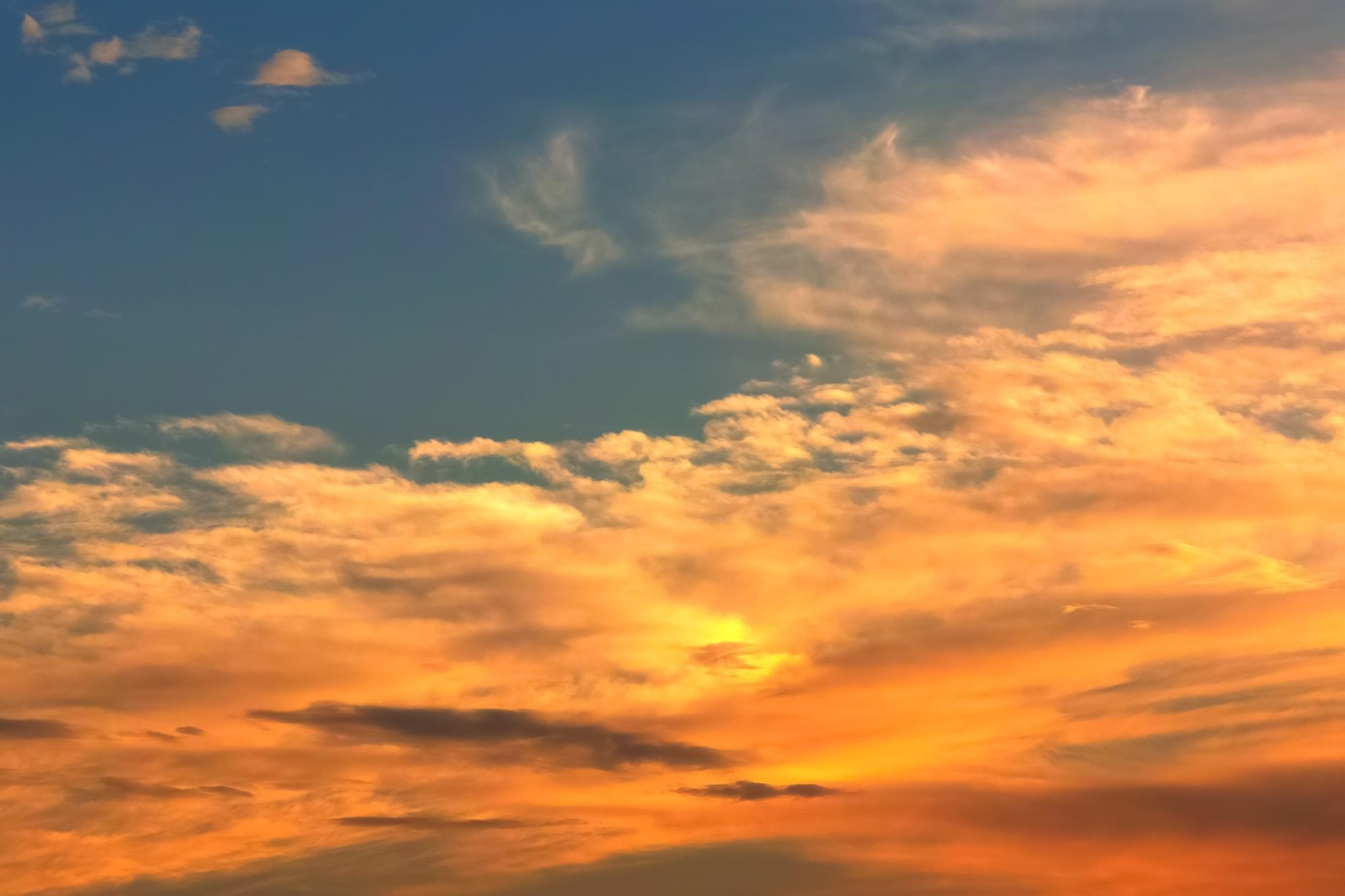 「黄金色の雲が彩る夕焼け」の写真素材を無料ダウンロード