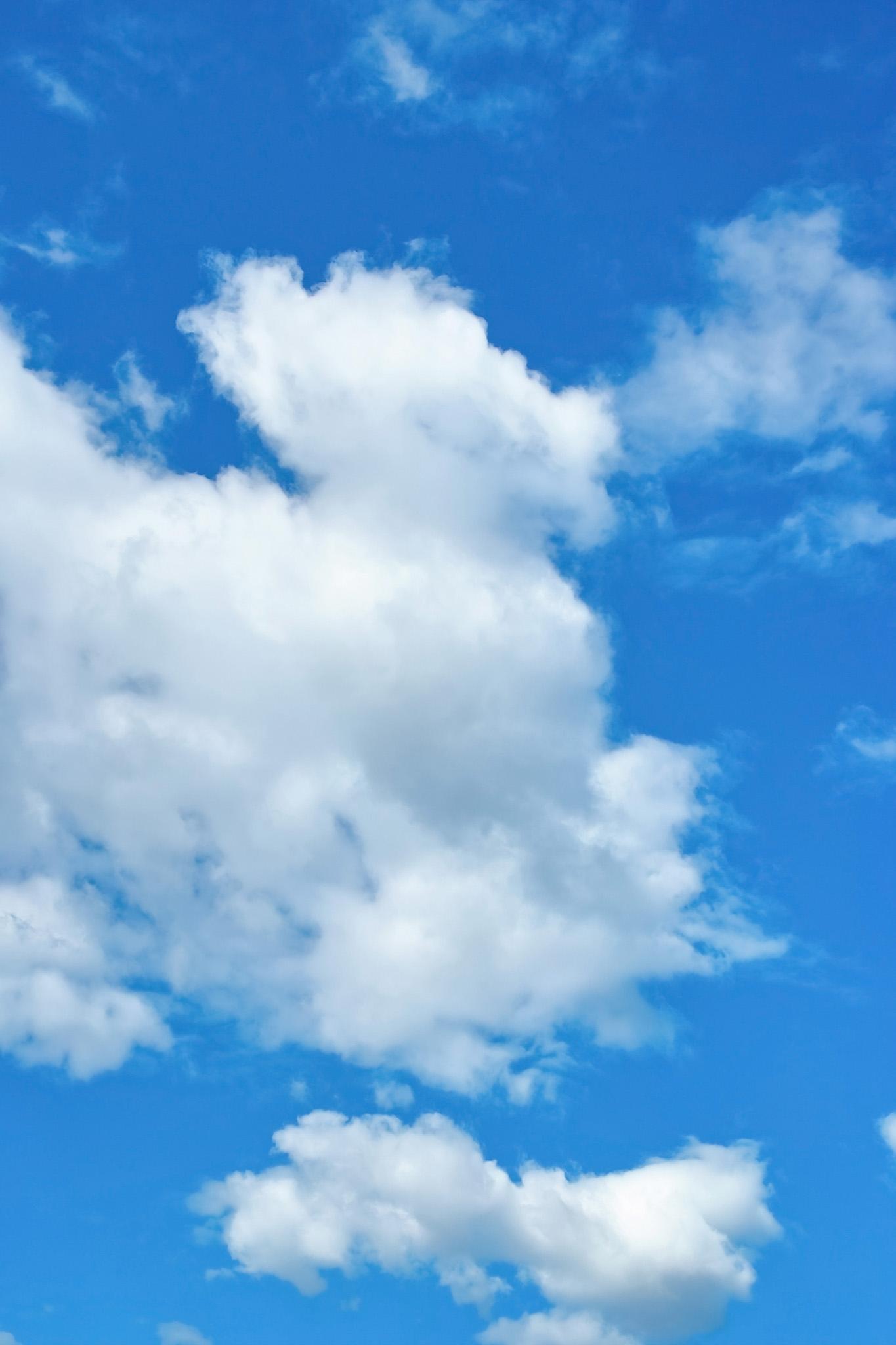 「鮮彩な青空と大きな雲」の画像を無料ダウンロード
