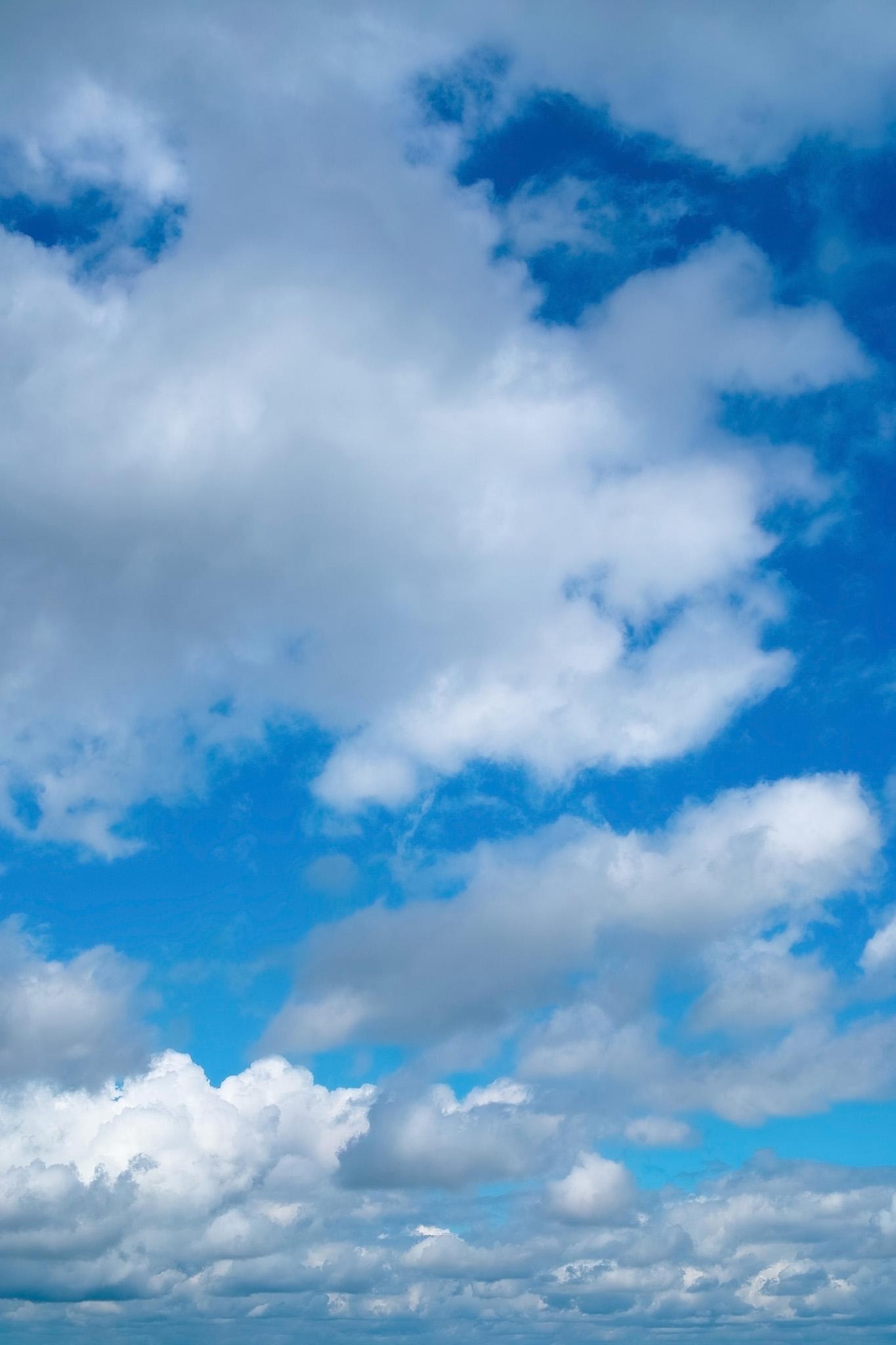 「連なる厚い雲と青空」