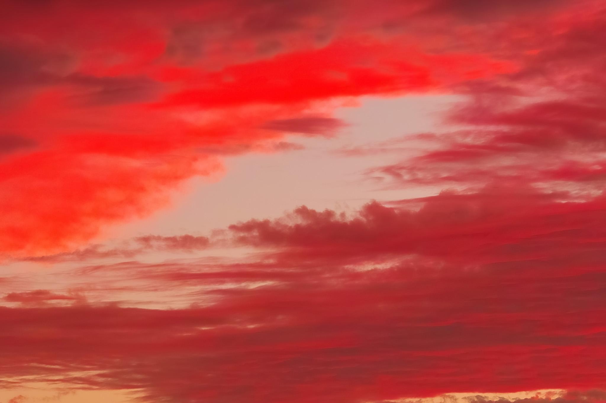 「燃えるような茜雲の夕焼け」