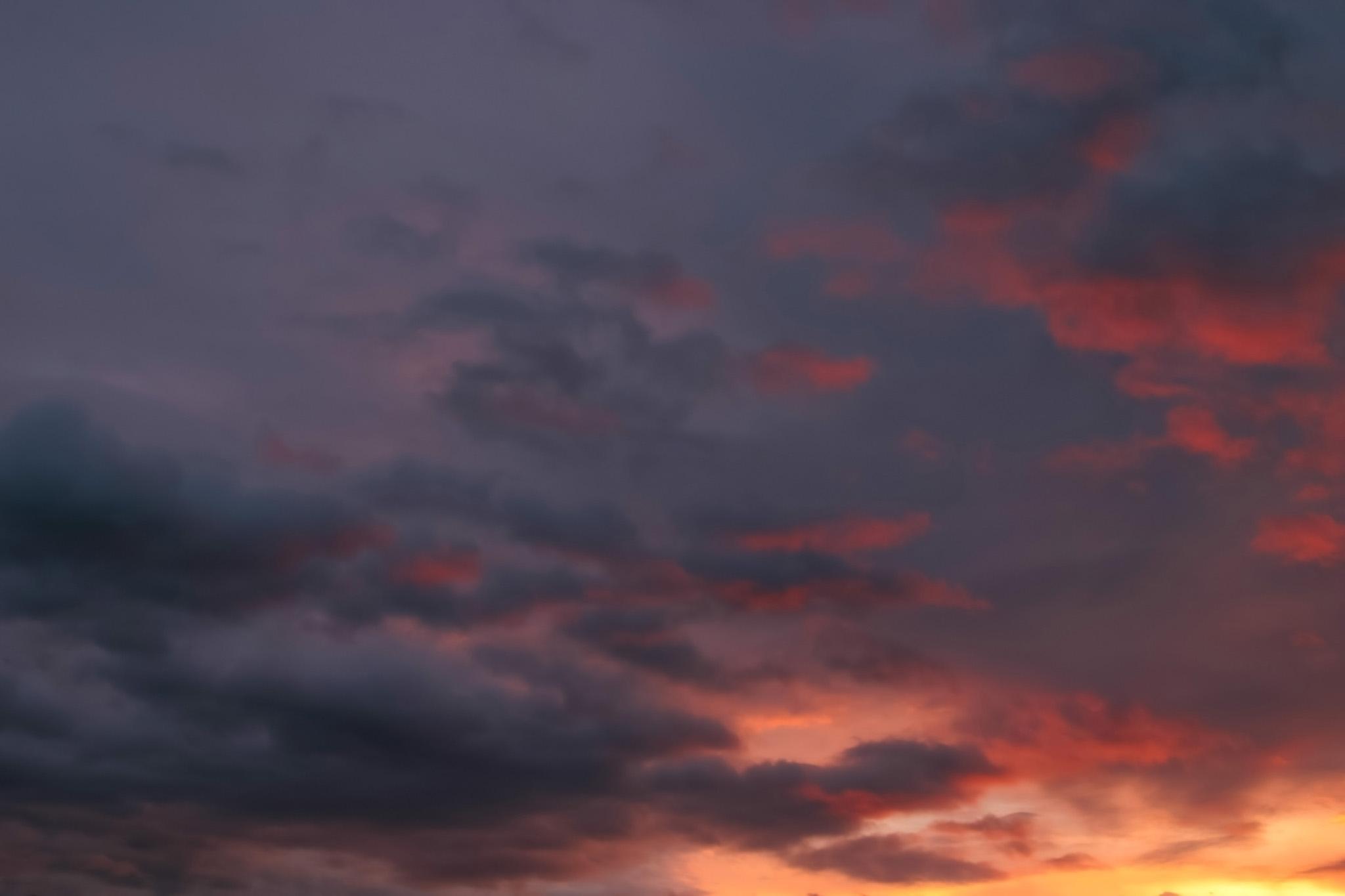 「黒空に残る赤い夕焼けの光」