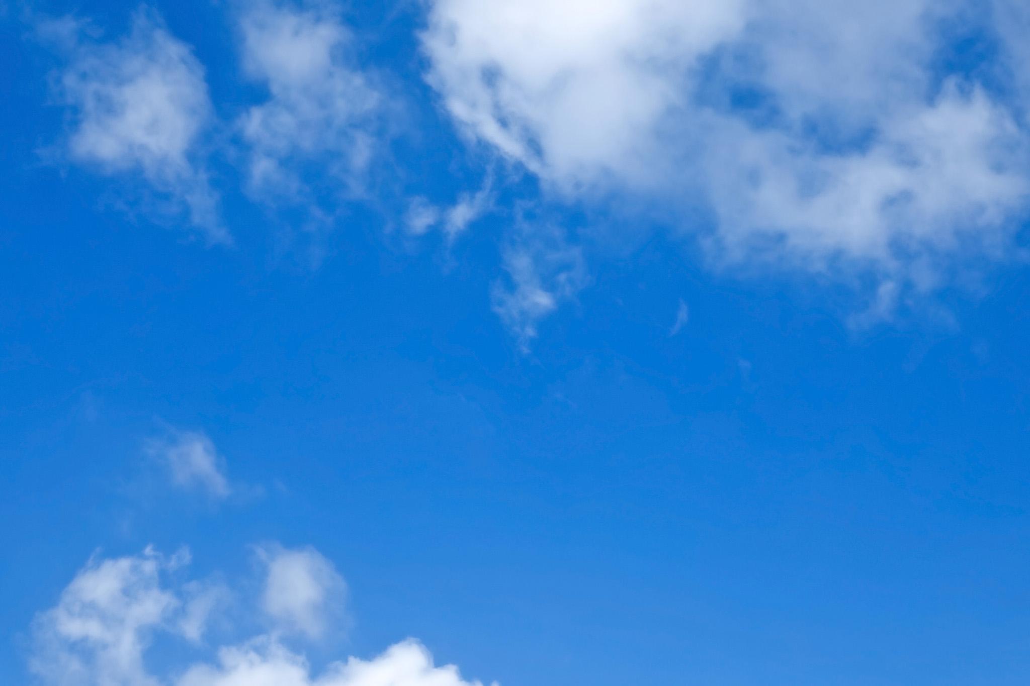 「千切れ雲と爽快な青空」