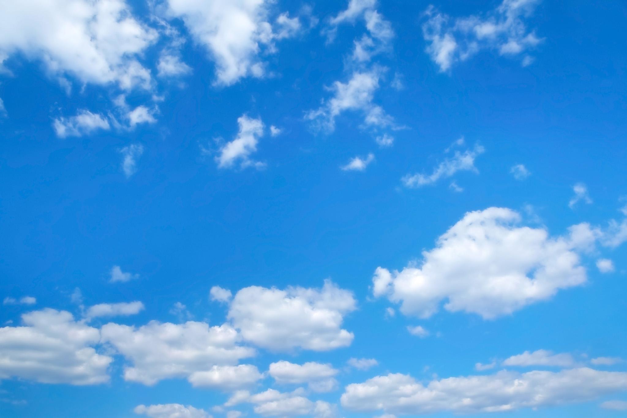 「断雲と積雲が浮遊する青空」