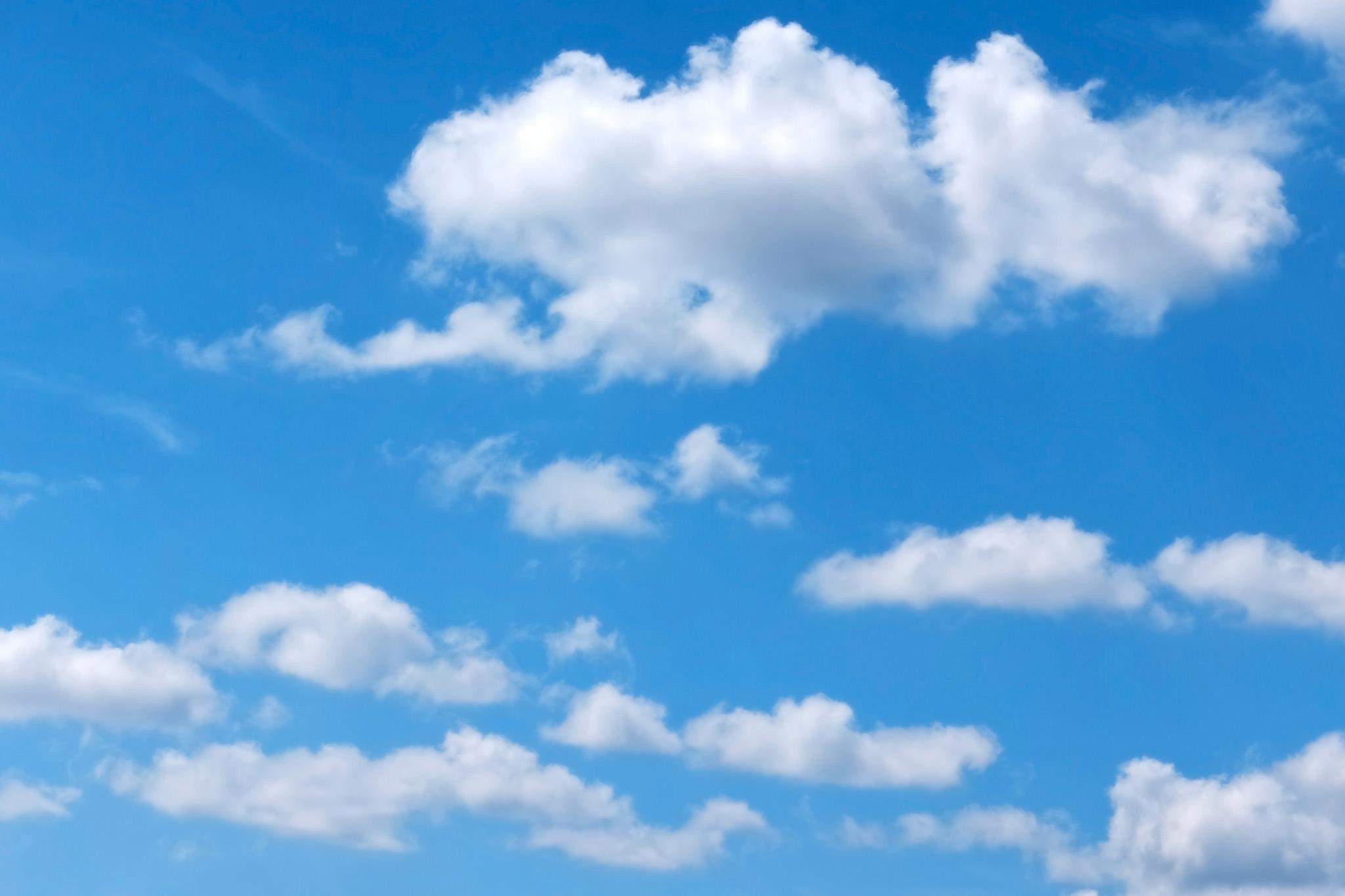 「濁りがない青空と綿雲」
