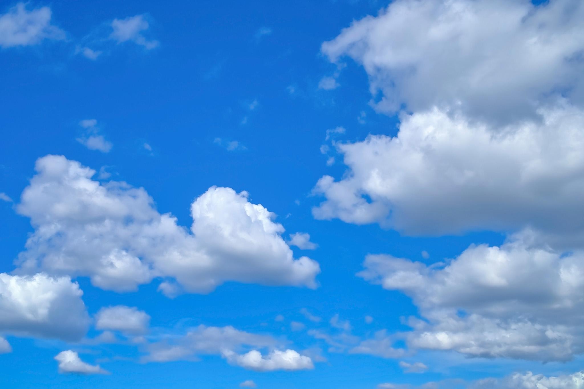 「青空に浮かび漂う雄大な雲」