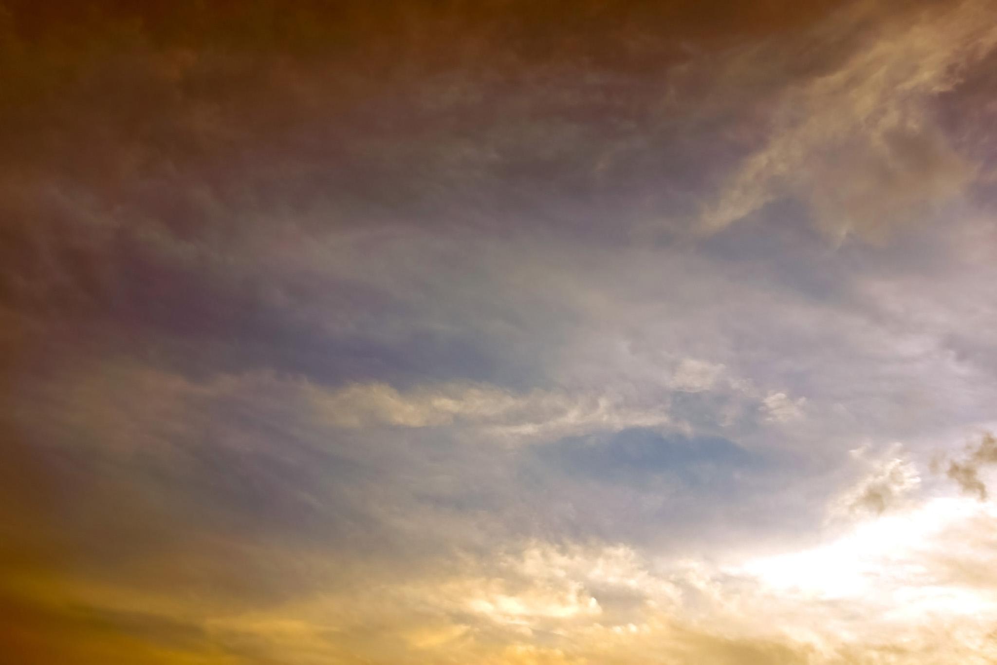 「夕焼けが巻雲を淡く彩る空」