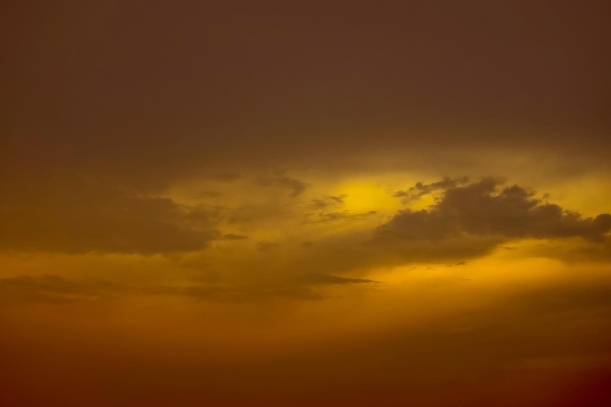 「暗い空に黄色くぼける夕焼け」