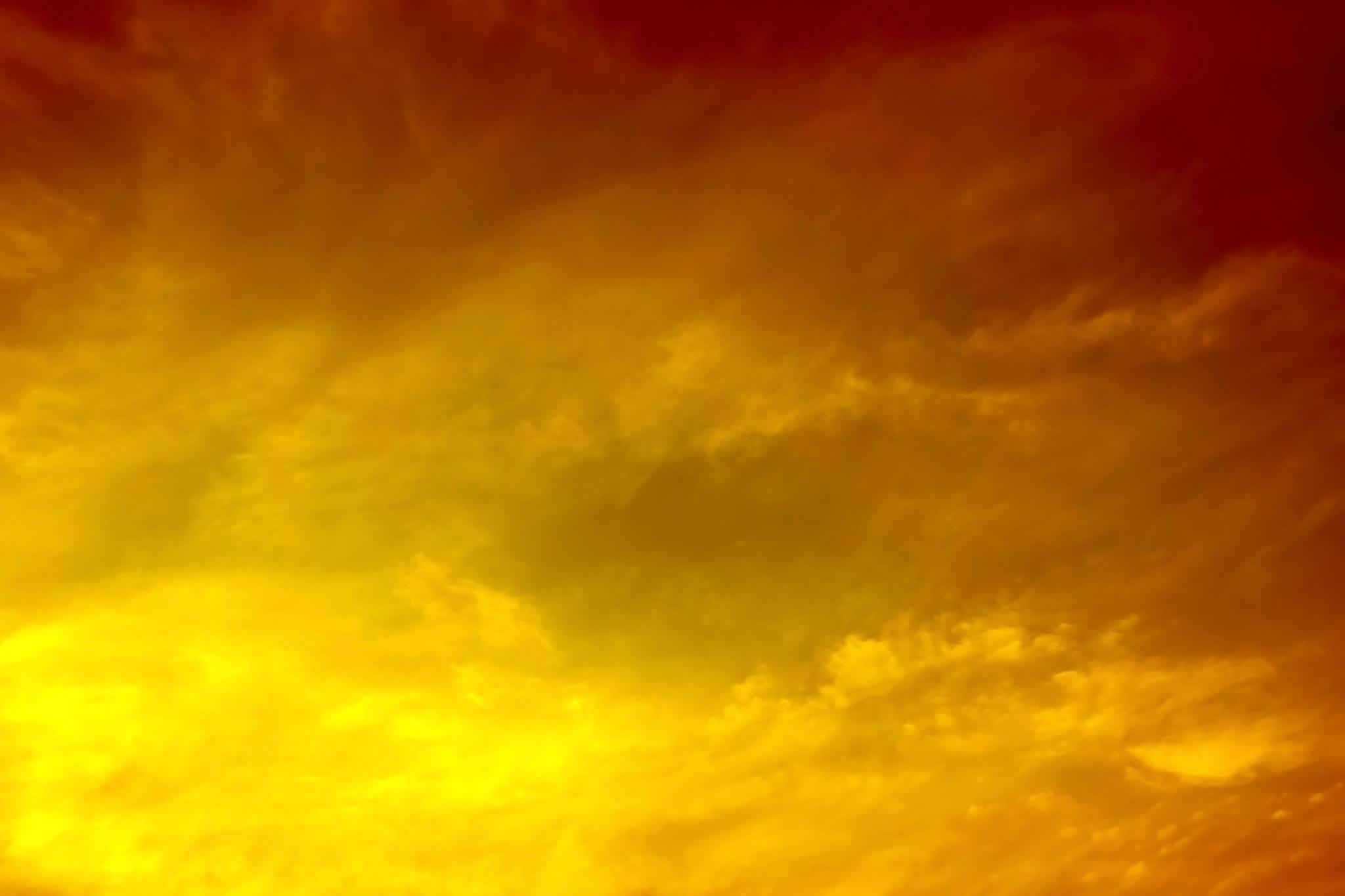 「金色に光り輝く雄麗な夕焼け」