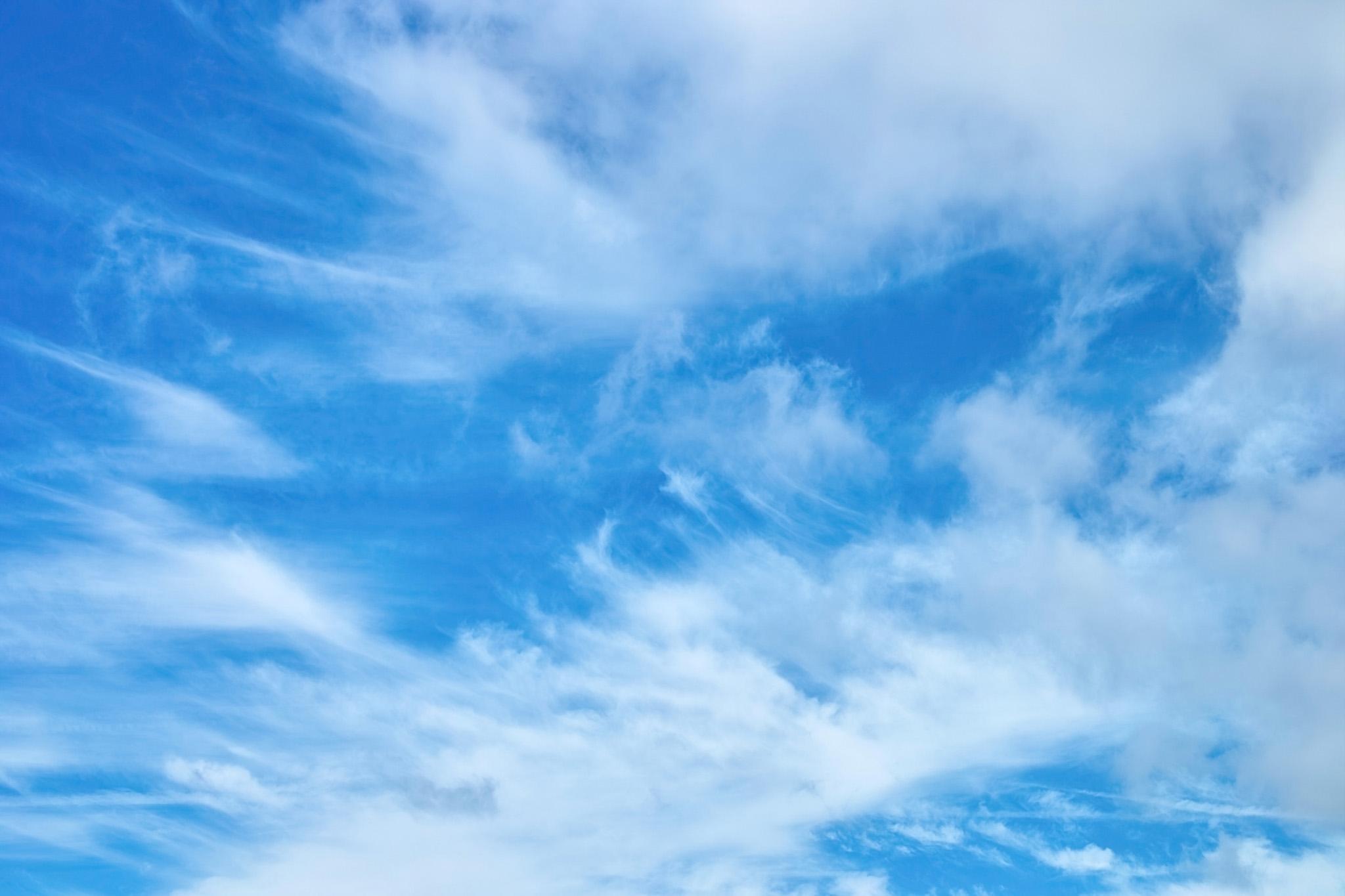 「空に筋を描く白い雲」