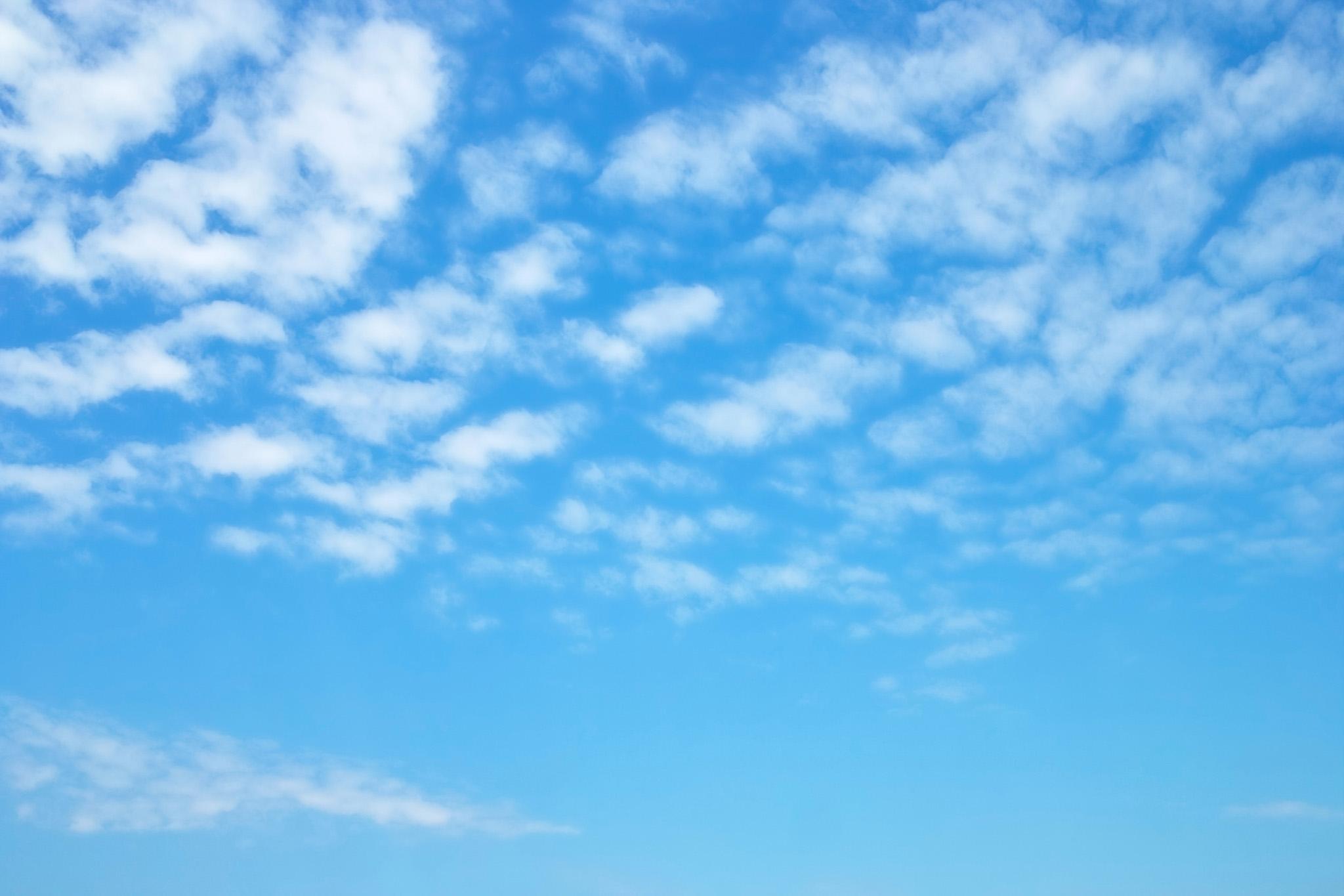 「ほのぼのとした青空と羊雲」